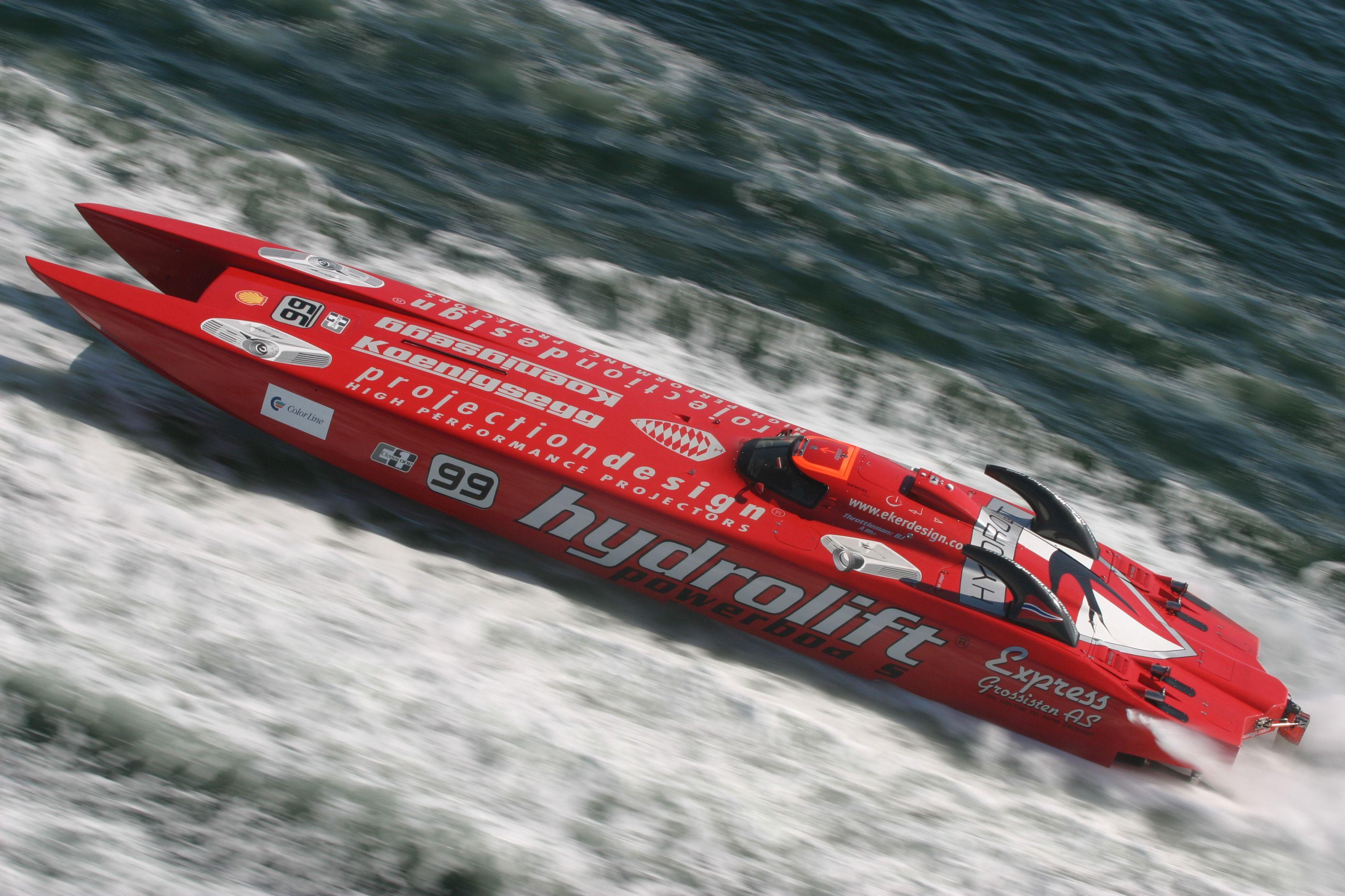 Stort raskere går det ikke an å bevege seg på vannet. I 2005 ble det seier for Bård Eker og teamet hans i Class 1 World Powerboat Championship. Eker Design