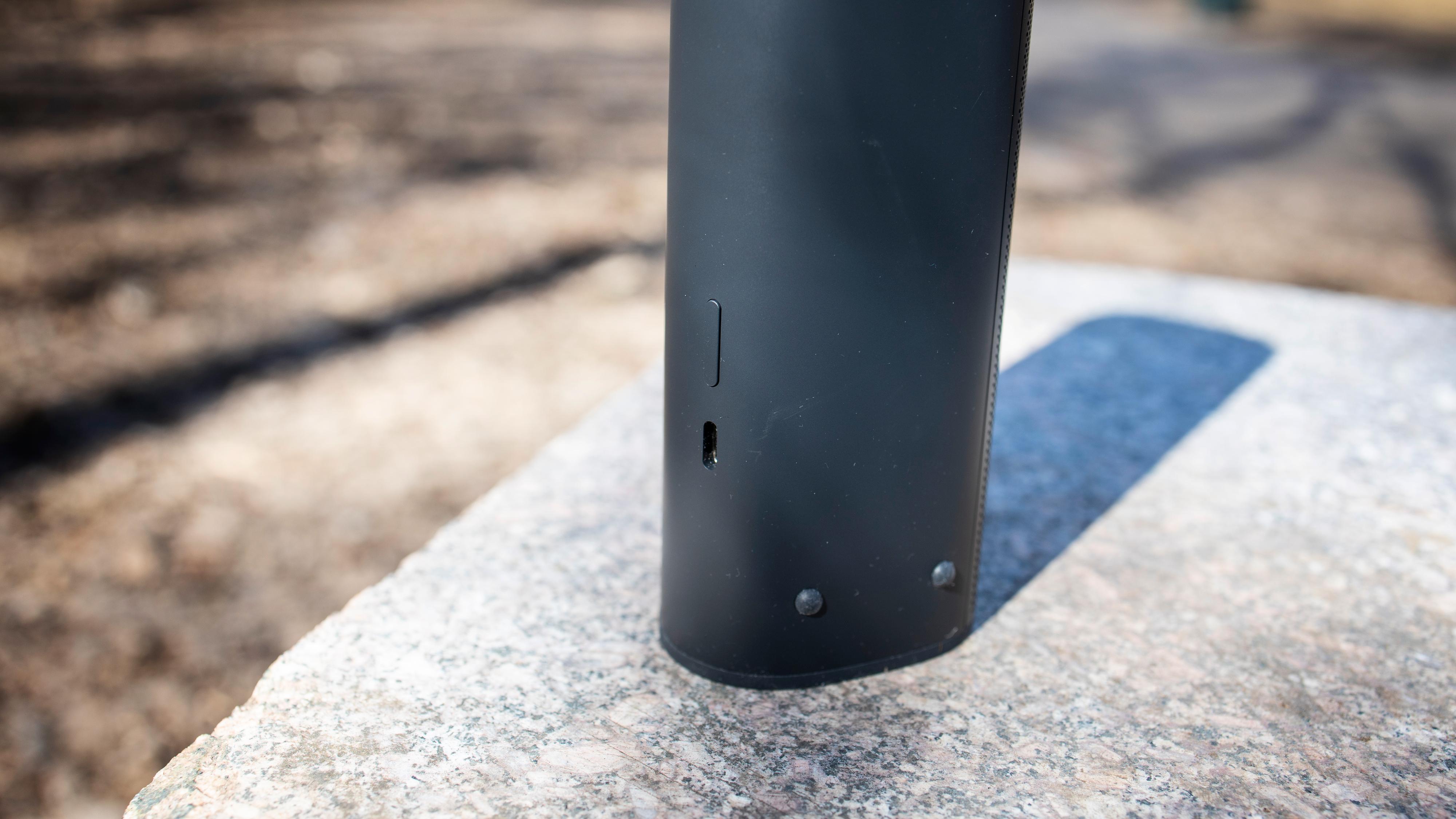 Bakpå finner du en USB-C-port og av/på-knapp som også brukes til å sette høyttaleren i paringsmodus eller aktivere bluetooth.