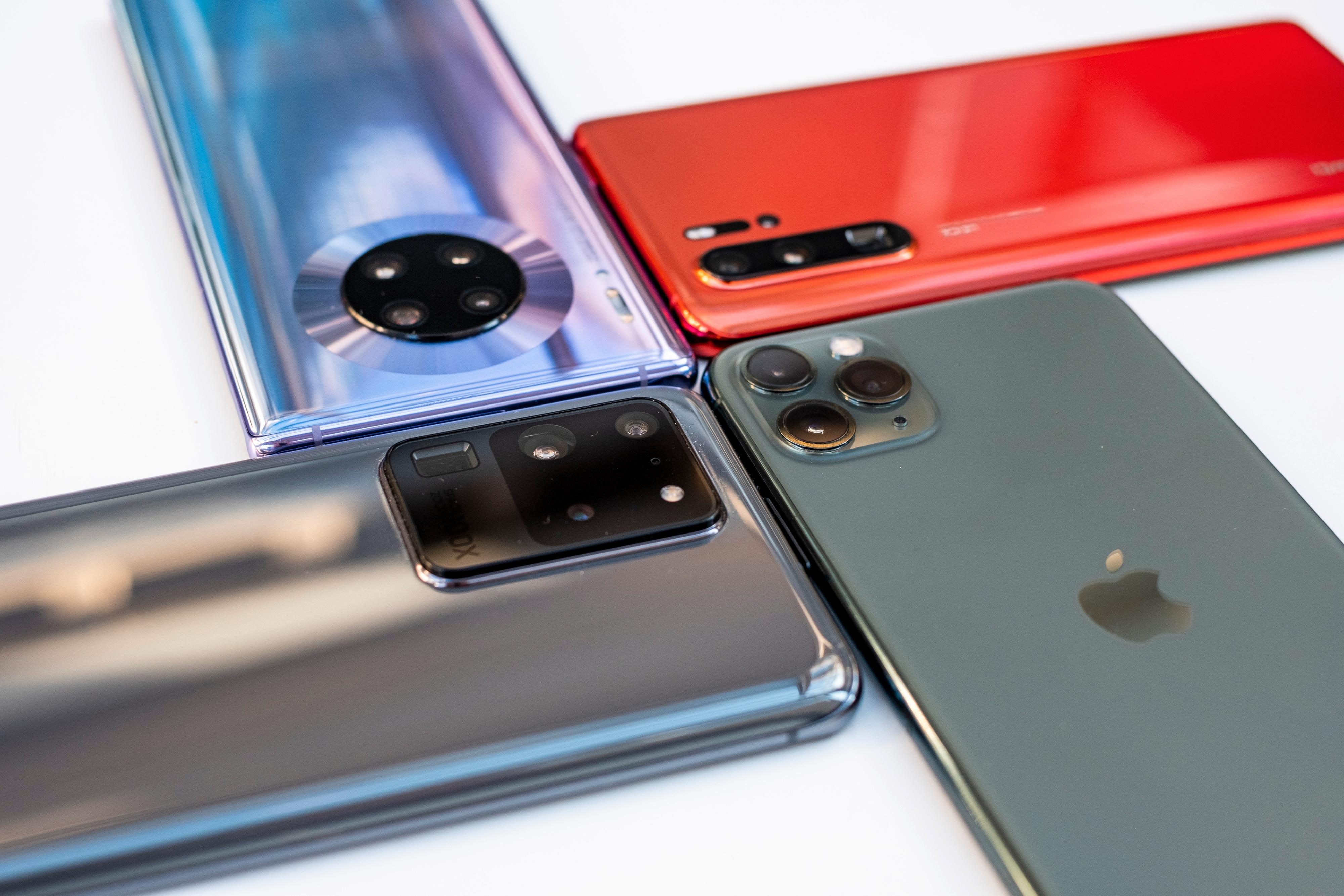 En svær kamerahump på baksiden av telefonen huser fire ulike kamera, LED-blits og sensorer.
