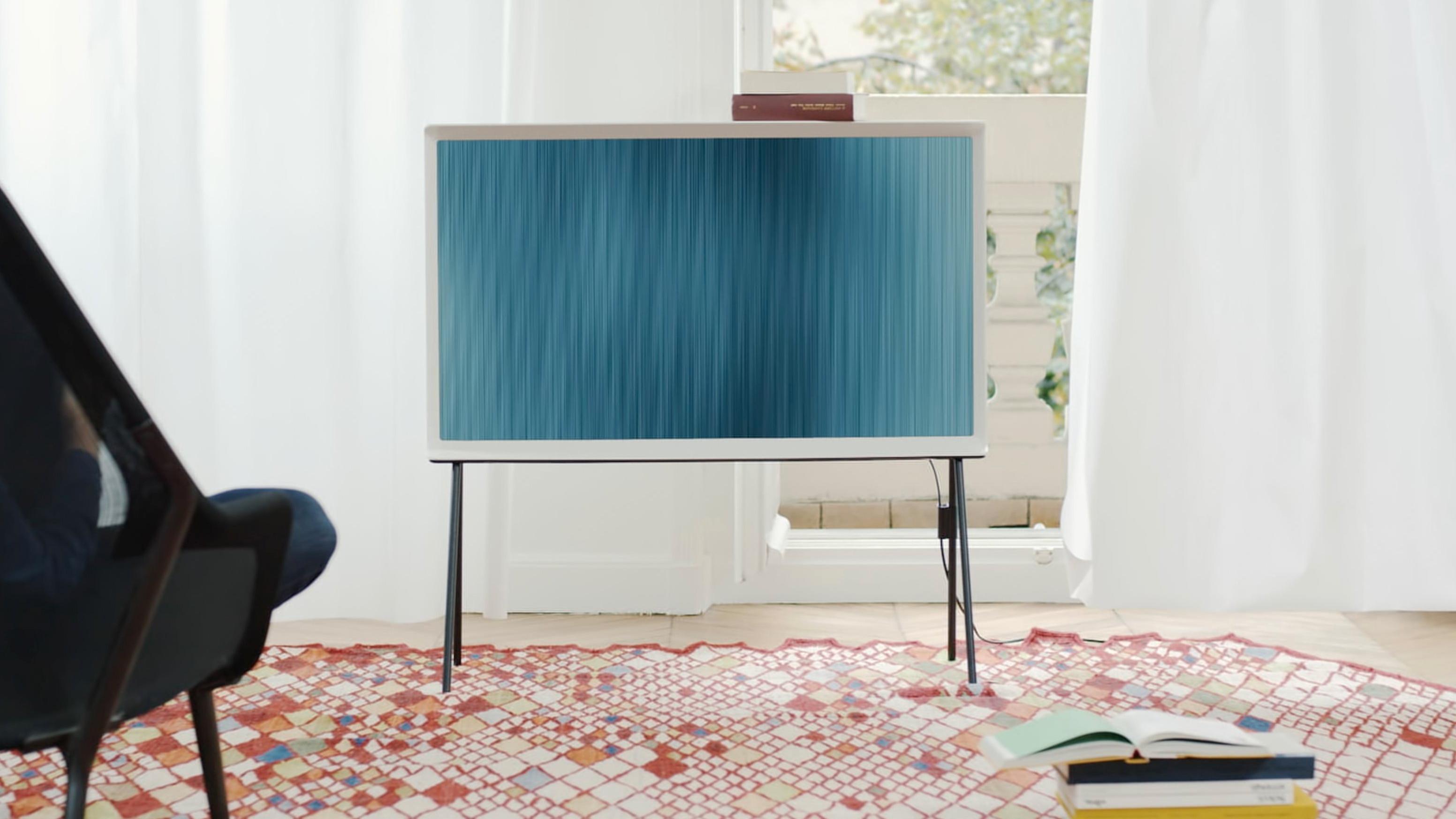Denne TV-en går i ett med møblene i stua