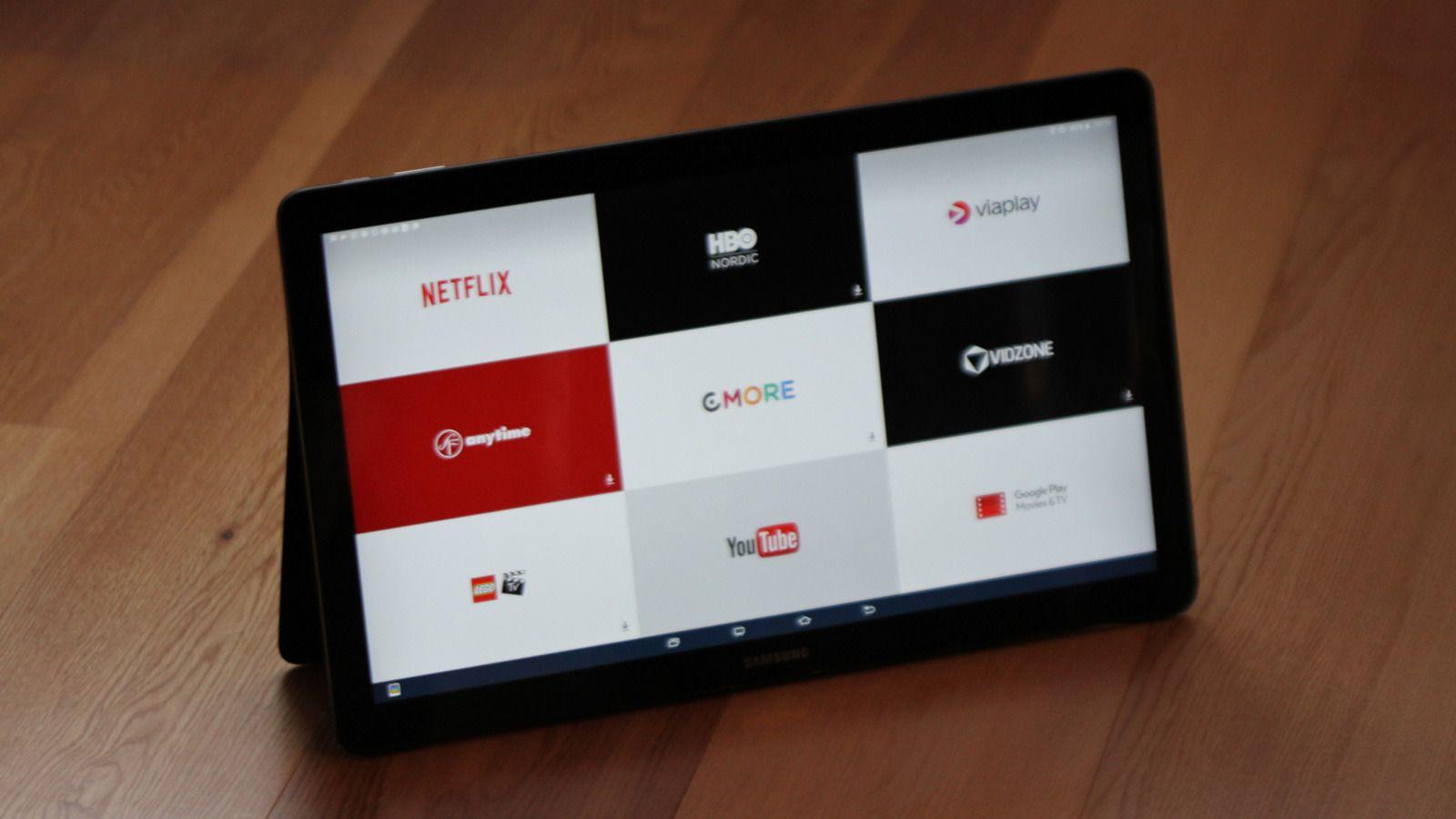 Den ene startskjermen er tapetsert med videotjenester. En egen snarveitast under skjermen tar deg direkte til denne.