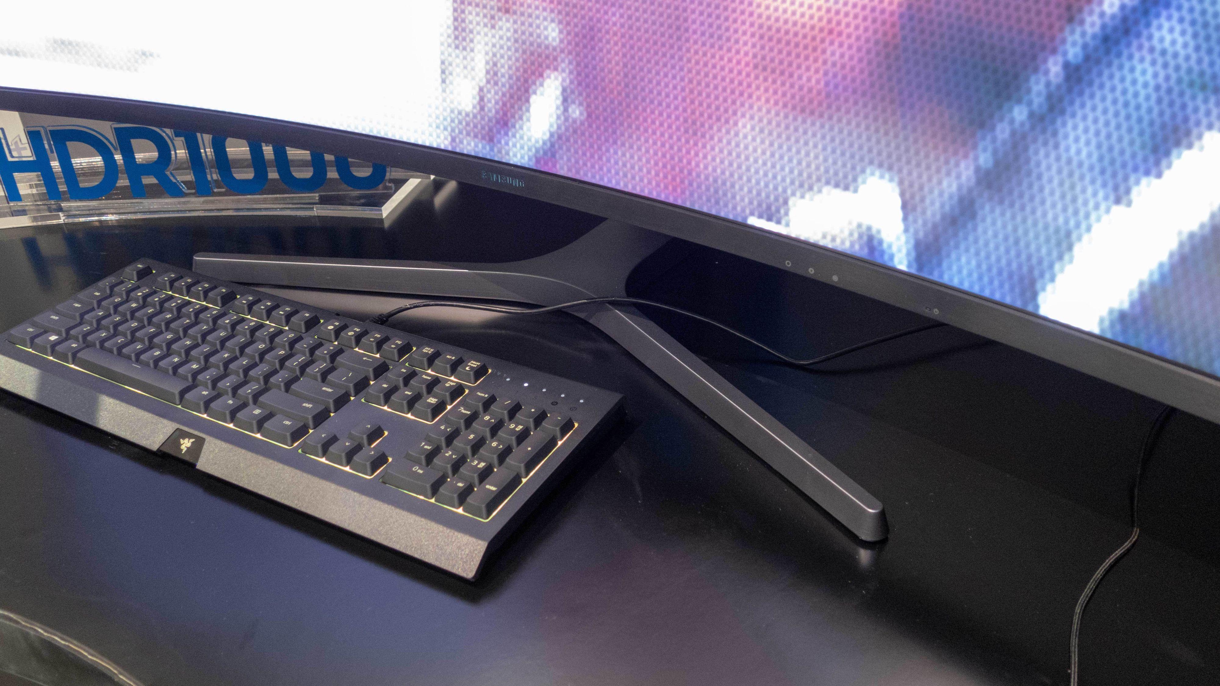 Foten minner mye om det vi har sett på selskapets TV-er. Og den er bredbeint nok til at tastaturet passer mellom.