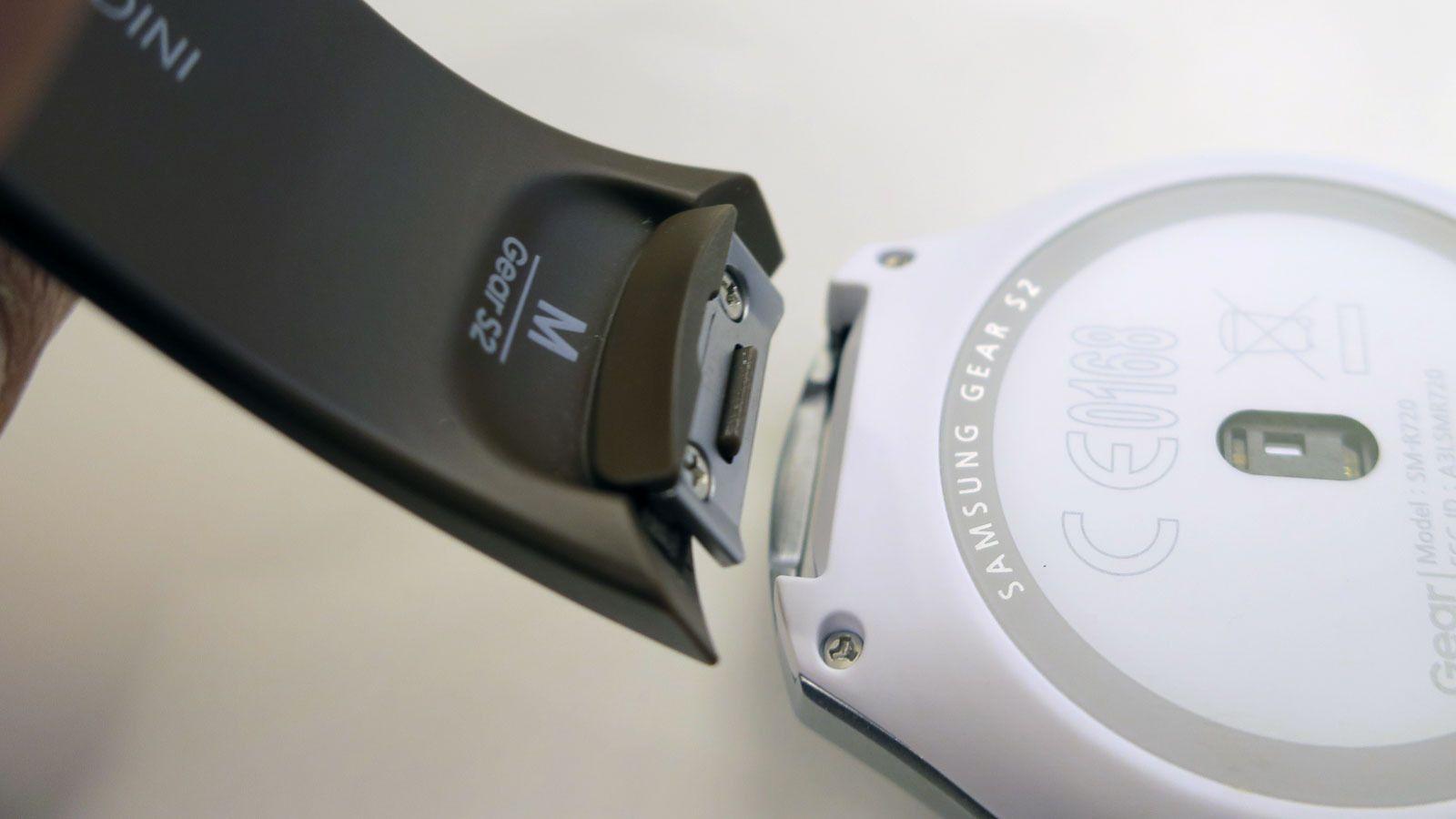 På standardmodellen har samsung valgt en festemekanisme som gjør at du ikke kan bruke vanlige klokkeremmer. Å bytte rem går som en lek, og du kan få remmer i flere farger og med ulike mønster. Foto: Espen Irwing Swang, Tek.no