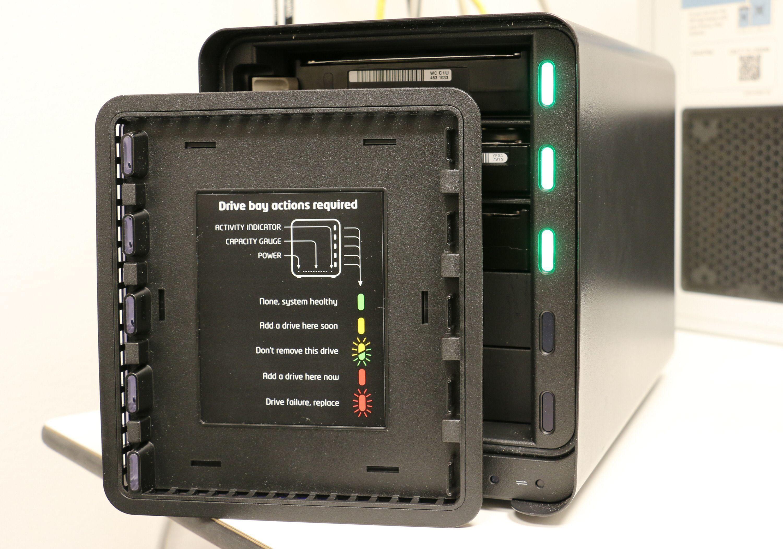 Drobo 5N kan kommunisere med lys, og på baksiden av «døra» foran diskene sitter det en jukselapp. Du vil helst ha grønt lys over hele linja.