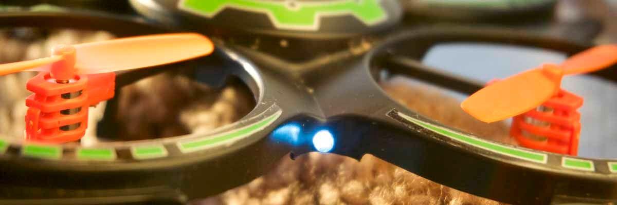 Dette lille lyset er alt vi har å orientere oss etter når vi flyr Mini Drone. Det er for dårlig.