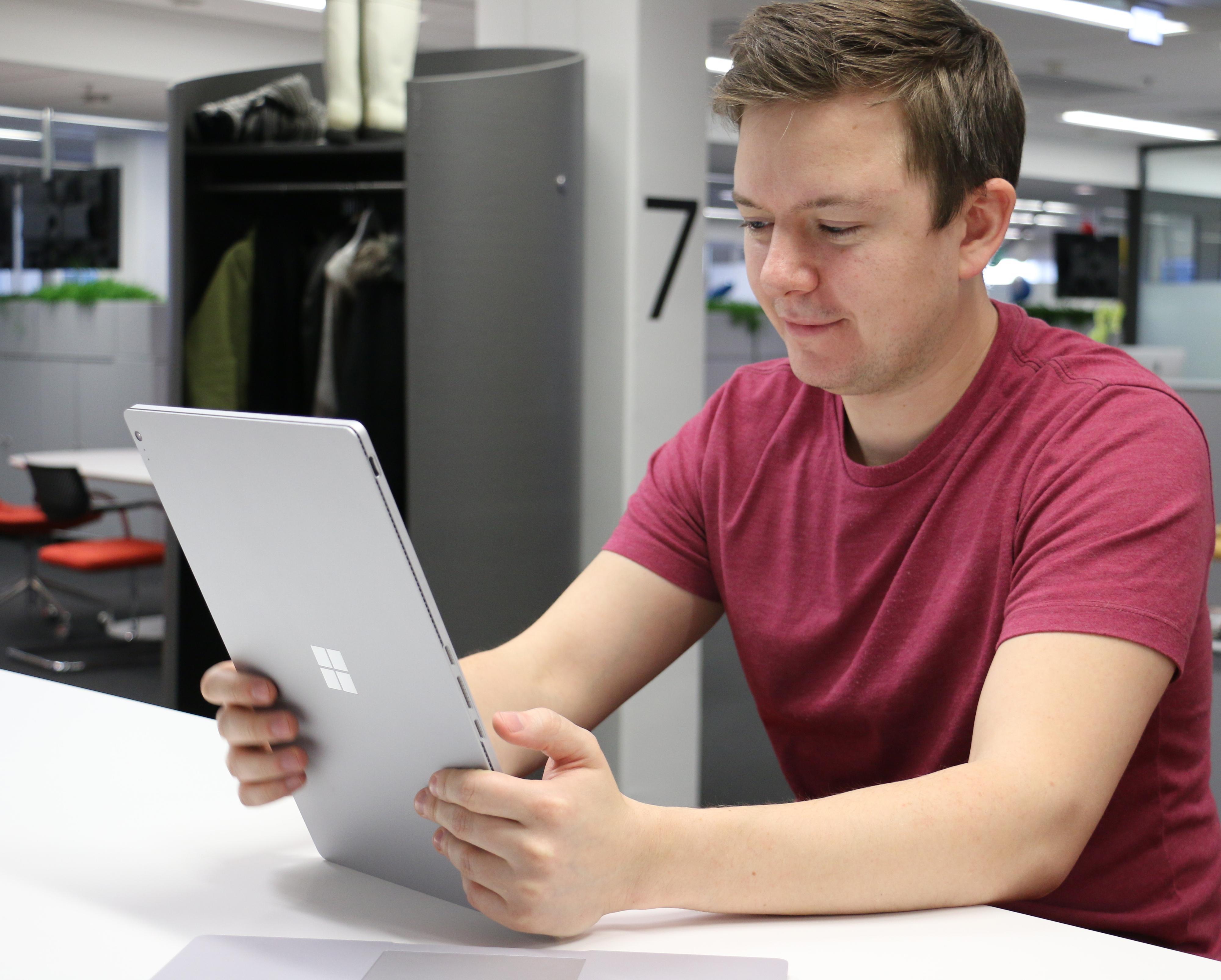 Nettbrettet er stort, men veldig lett og komfortabelt å holde. Bilde: Anders Brattensborg Smedsrud, Tek.no