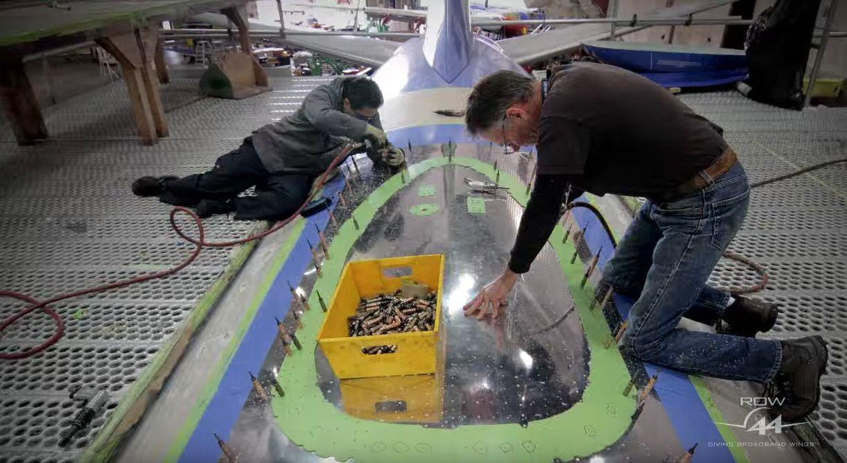 Her gjøres det klart til å installere en antenne på toppen av et passasjerfly.