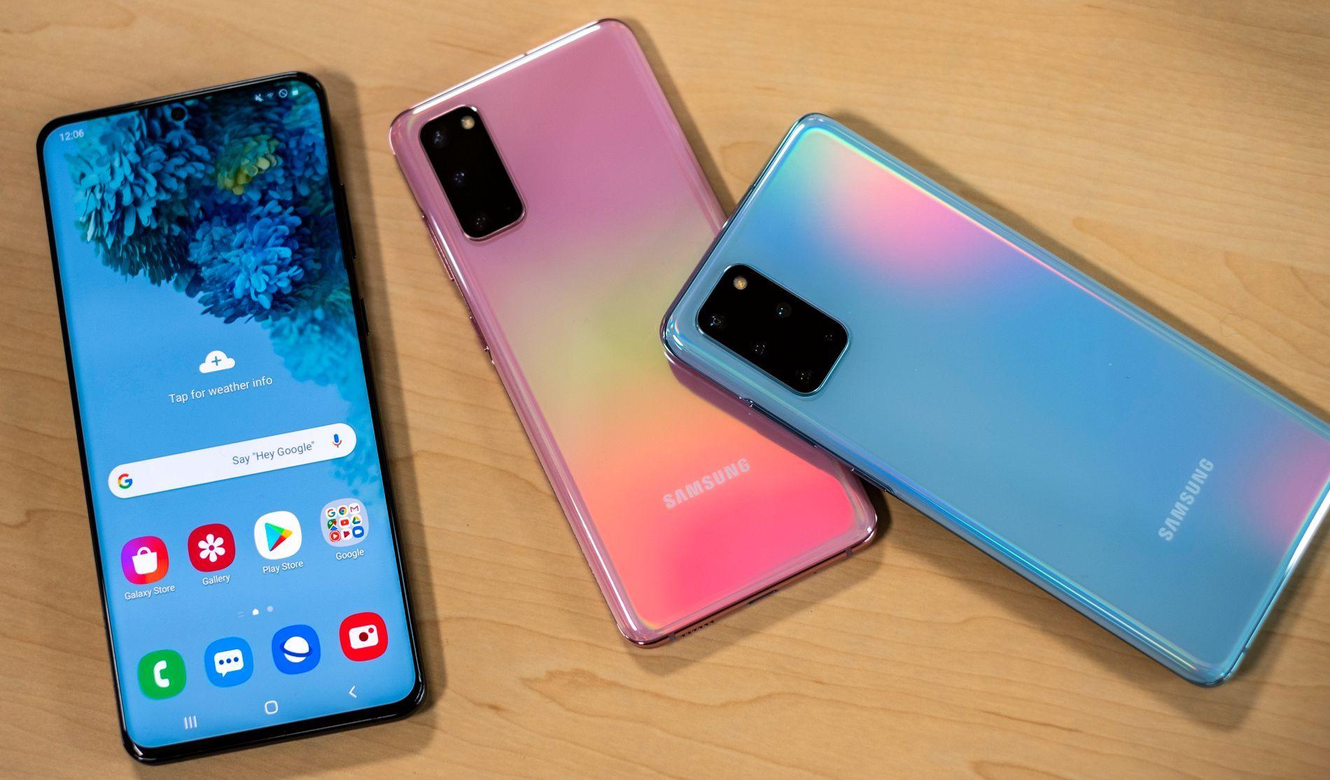 Galaxy S20 Ultra er den til venstre. Her lover Samsung 100 ganger kamerazoom, over 100 megapiksler, 5G og enormt batteri. Skjermen oppdaterer seg 120 ganger i sekundet, og den sjekker etter berøringer dobbelt så ofte. Den er altså et beist på funksjoner og teknologi. Men du får ikke kjøpt den med 512 gigabyte lagringsplass - Samsung har rett og slett ikke tilgang på mange nok av den.