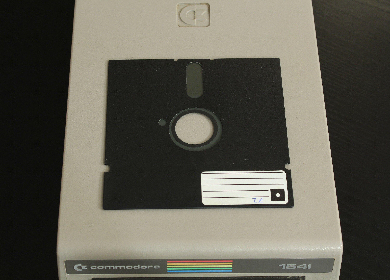 De enkeltsidige diskettene kom «ferdigklipt» som vist på diskettens venstre side. Det mer avrundede hakket på høyre side er fra en hullemaskin, som da gjorde det mulig å bruke begge sider av disketten. Foto: Vegar Jansen, Tek.no