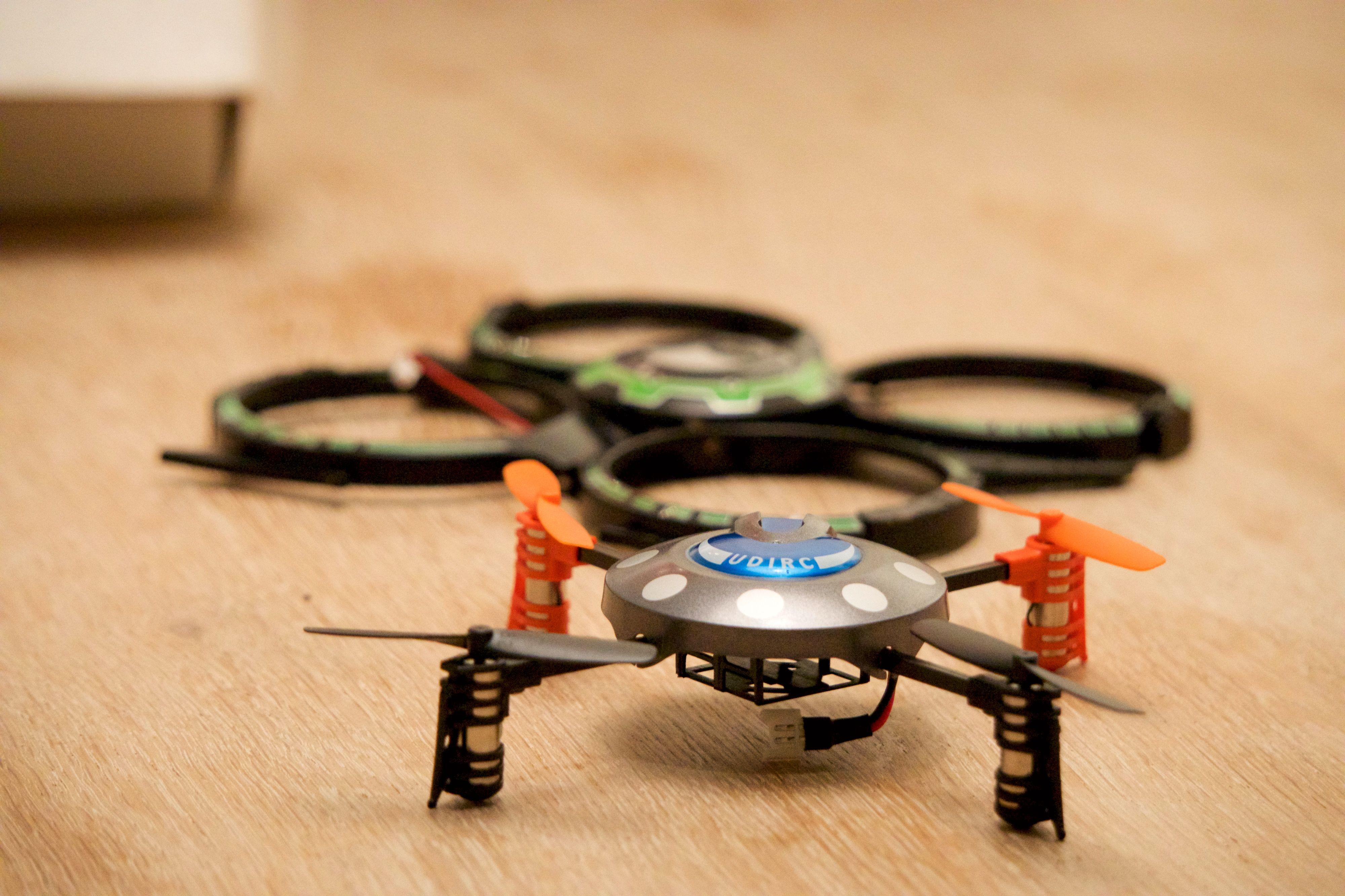 Her er det alternative dekselet til UDI Mini Drone, med originaldekselet i bakgrunnen.