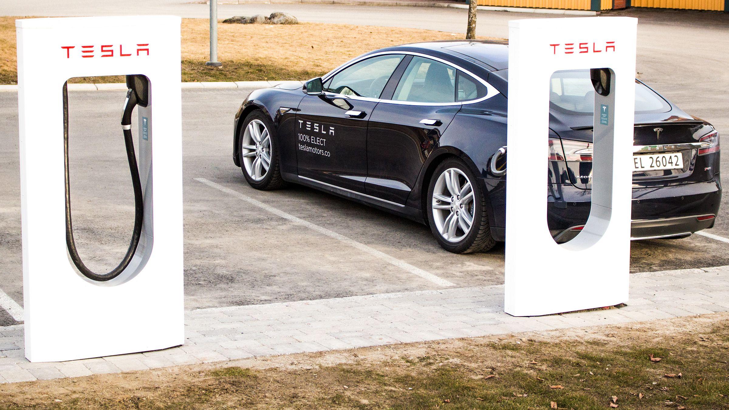 Teslas egne ladestasjoner har såkalte superladere, og lader mye raskere enn vanlige ladestasjoner.Foto: Vegar Jansen, Hardware.no