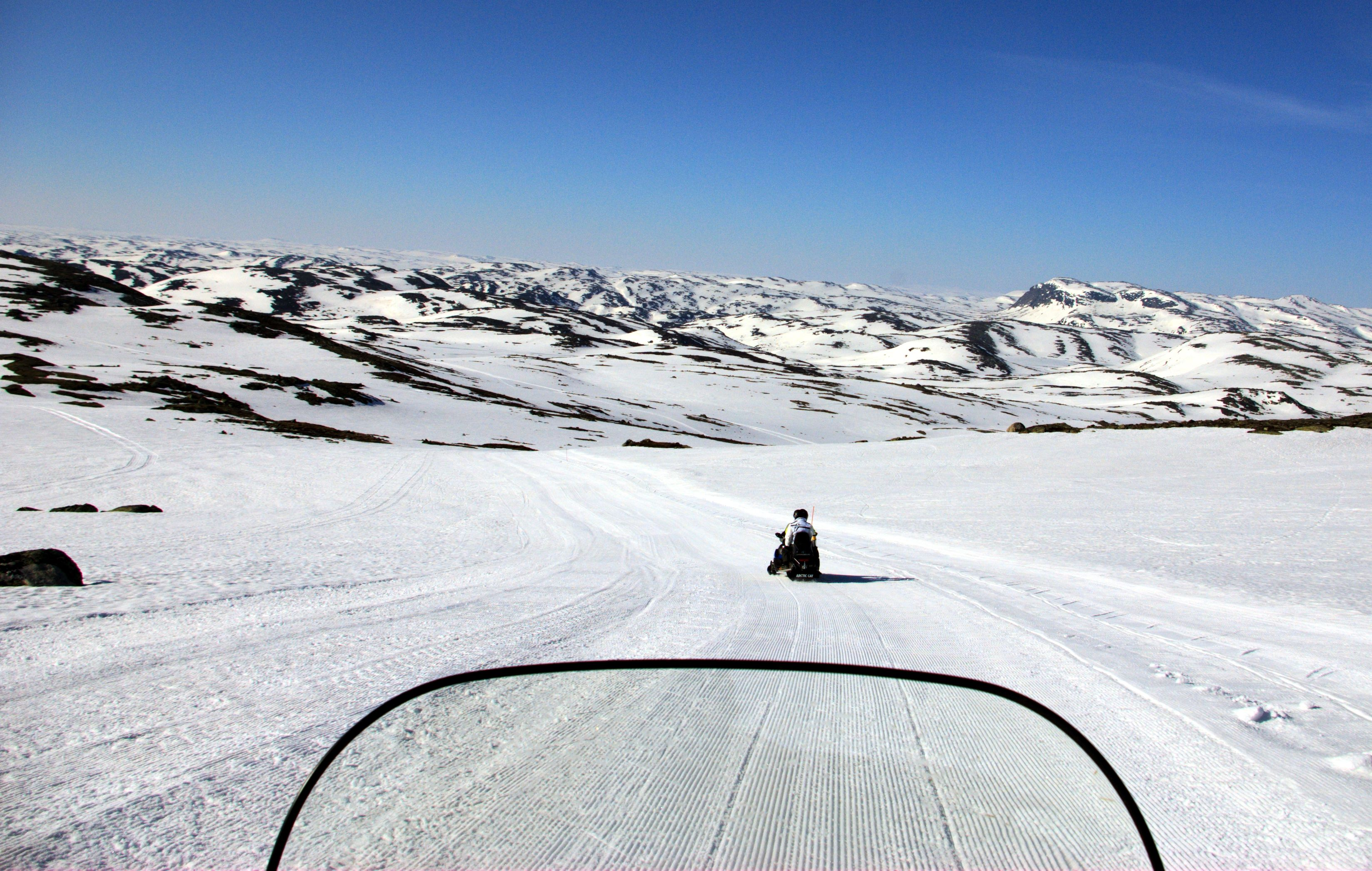 Når Telenor skal bygge dekning til Skarverennet, må utstyret fraktes ut på snøskuter.Foto: Einar Eriksen