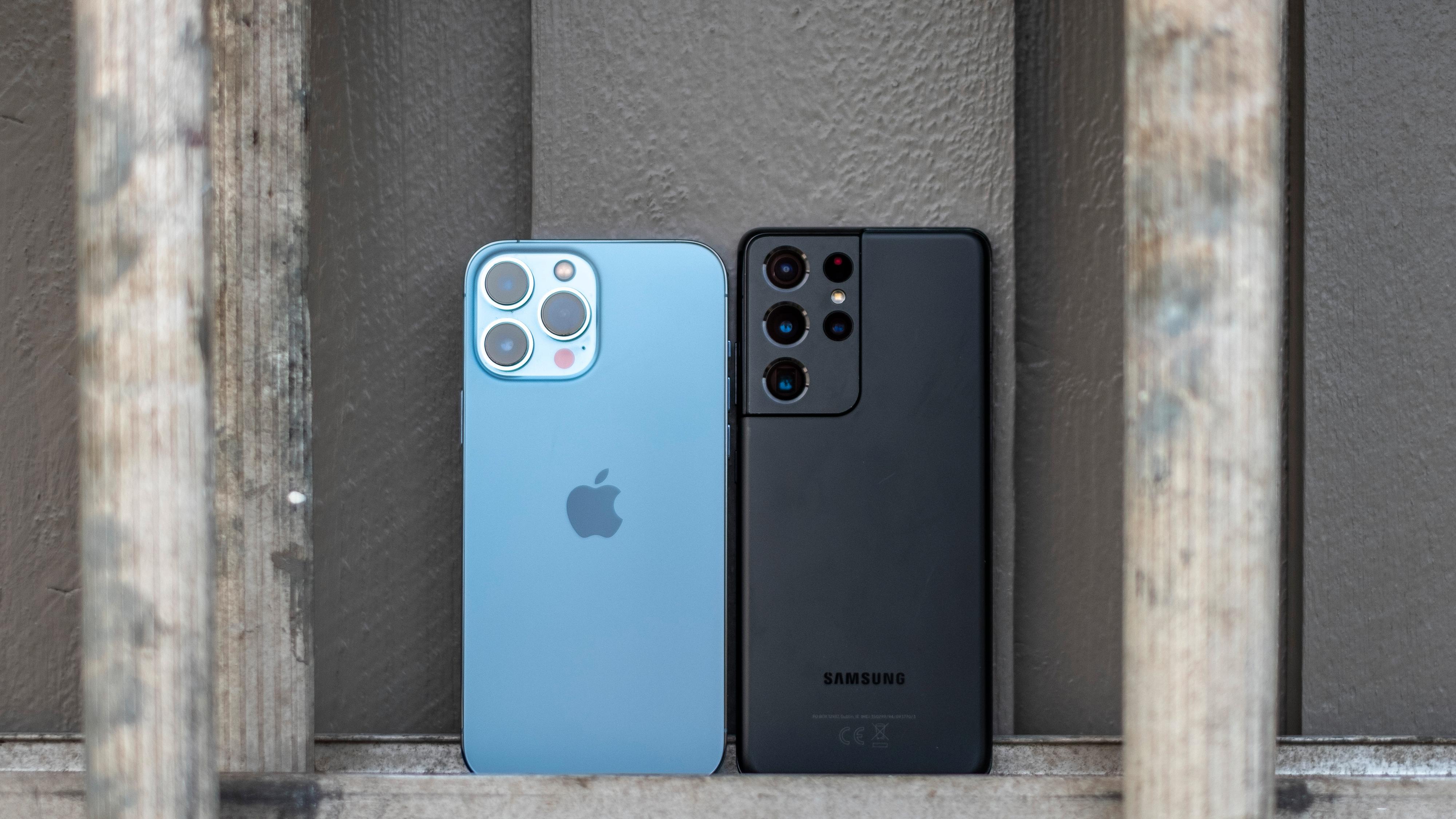 iPhone 13 Pro Max til venstre - Samsung Galaxy S21 Ultra til høyre.
