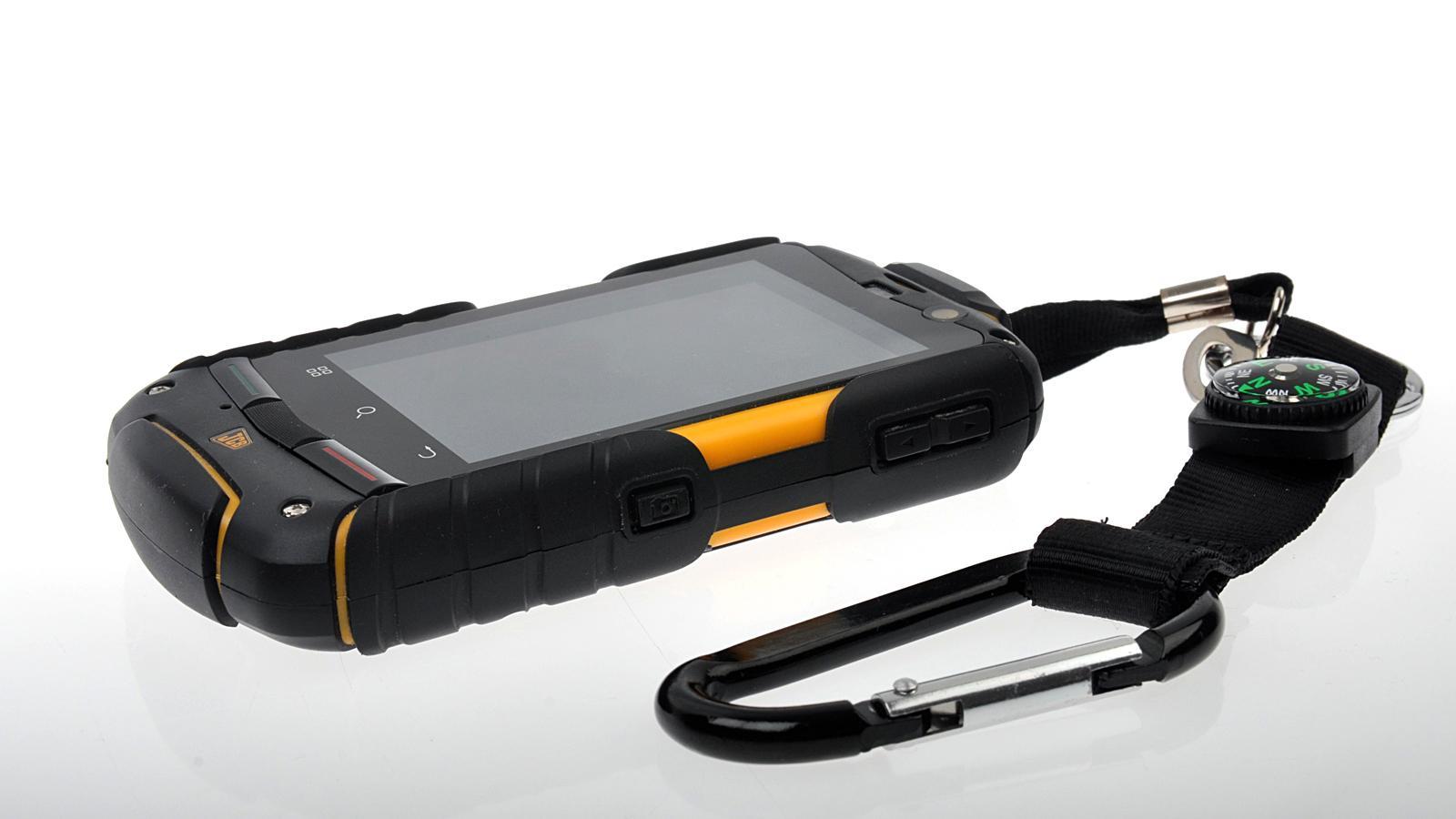 Telefonen leveres med en solid karabinkrok som du kan bruke hvis du vil feste mobilen i beltet.Foto: Kurt Lekanger, Amobil.no