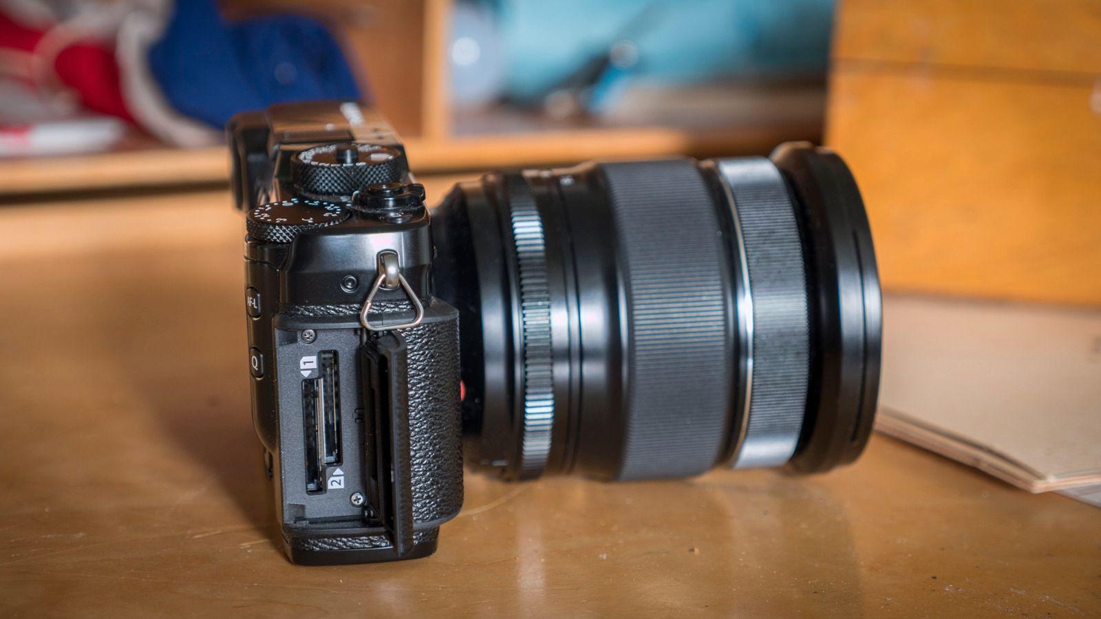 Kameraet er utstyrt med to minnekortbrønner, og vi kan velge om vi vil ta dobbelt opp på begge for backup, fortsette på nr. 2 for økt kapasitet eller lagre RAW på det ene og JPEG på det andre. Det siste kan være veldig nyttig hvis du eller de du jobber for trenger bilder fortløpende, for eksempel hvis du er fotograf på en musikkfestival som har lyst å dele bilder på sosiale medier underveis. Ta de bildene du trenger, løp opp til kommunikasjonsansvarlig med JPEG-minnekortet, og spring tilbake og fortsett fotograferingen. Du beholder alle dine RAW-filer til senere fremkalling, og trenger ikke tenke på at noen som ikke kan bildebehandling klusser det til, hverken for deg eller seg selv.