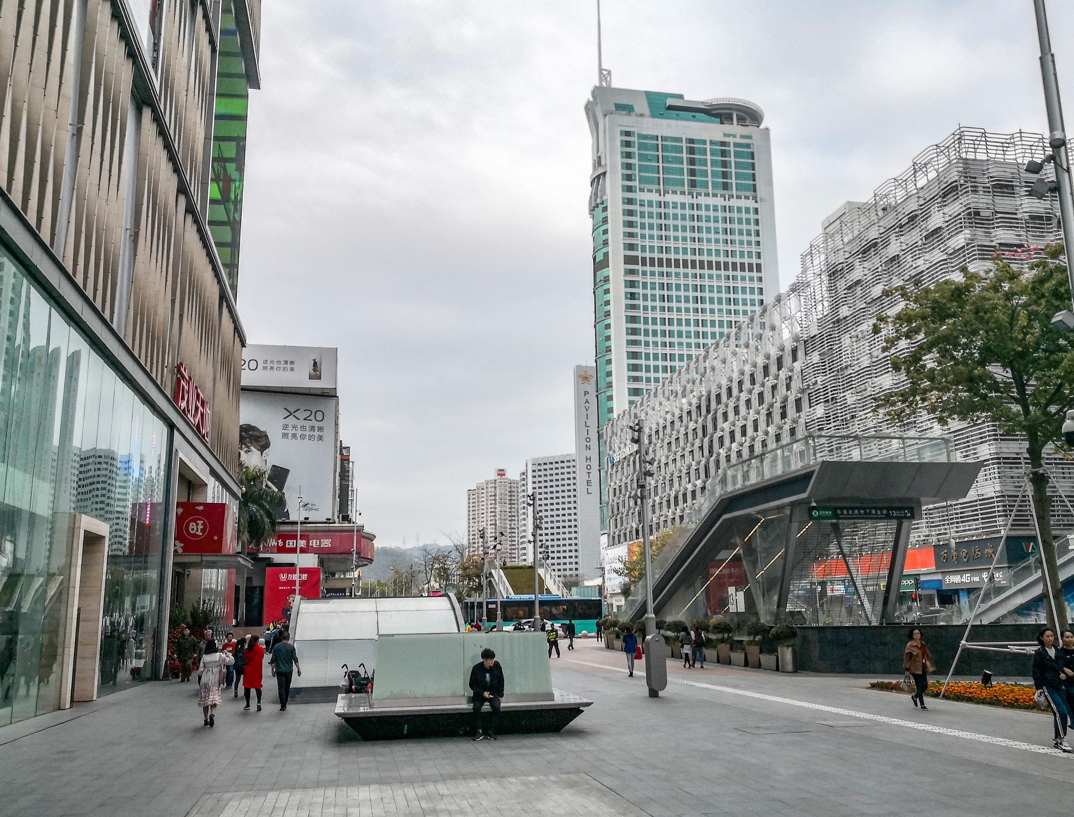 I en av bydelene i Shenzhen er det satt opp et avansert kamerasystem med ansiktsgjenkjenning. Går du på rødt lys risikerer du å bli vist på storskjerm ved siden av gaten.