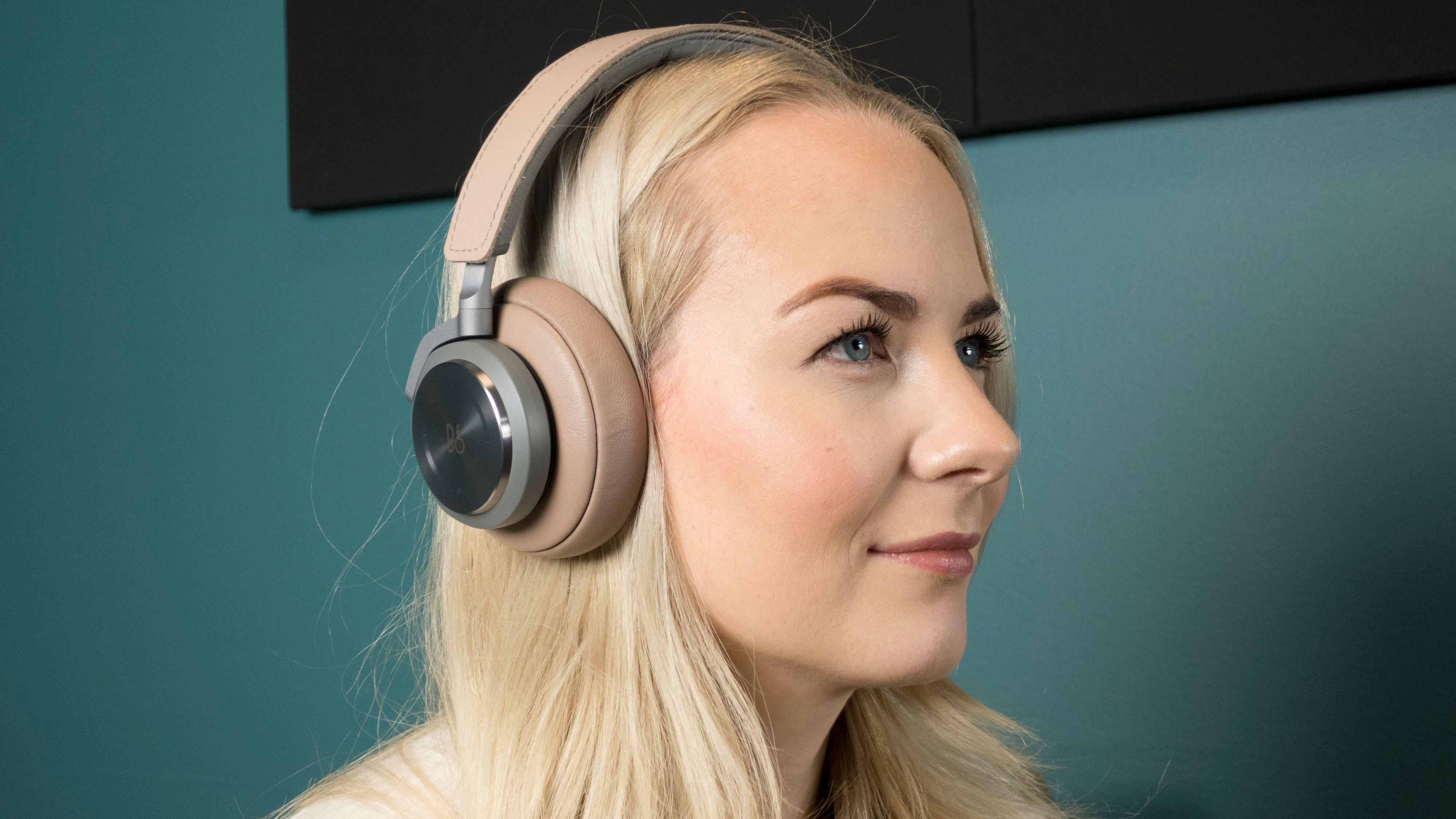 Vil folk gå mann av huse for nye kablede løsninger, eller er skiftet til trådløst ustoppelig? Det som er sikkert er at konkurransen om påkostede trådløse hodetelefoner tok av i 2016. Her representert ved B&O Play H9, som vi nylig kåret til det beste av de trådløse og støydempende hodetelefonene vi har testet. Også Bose og Sony kan smile fornøyd etter å ha sluppet fulltreffere for ørene i år.