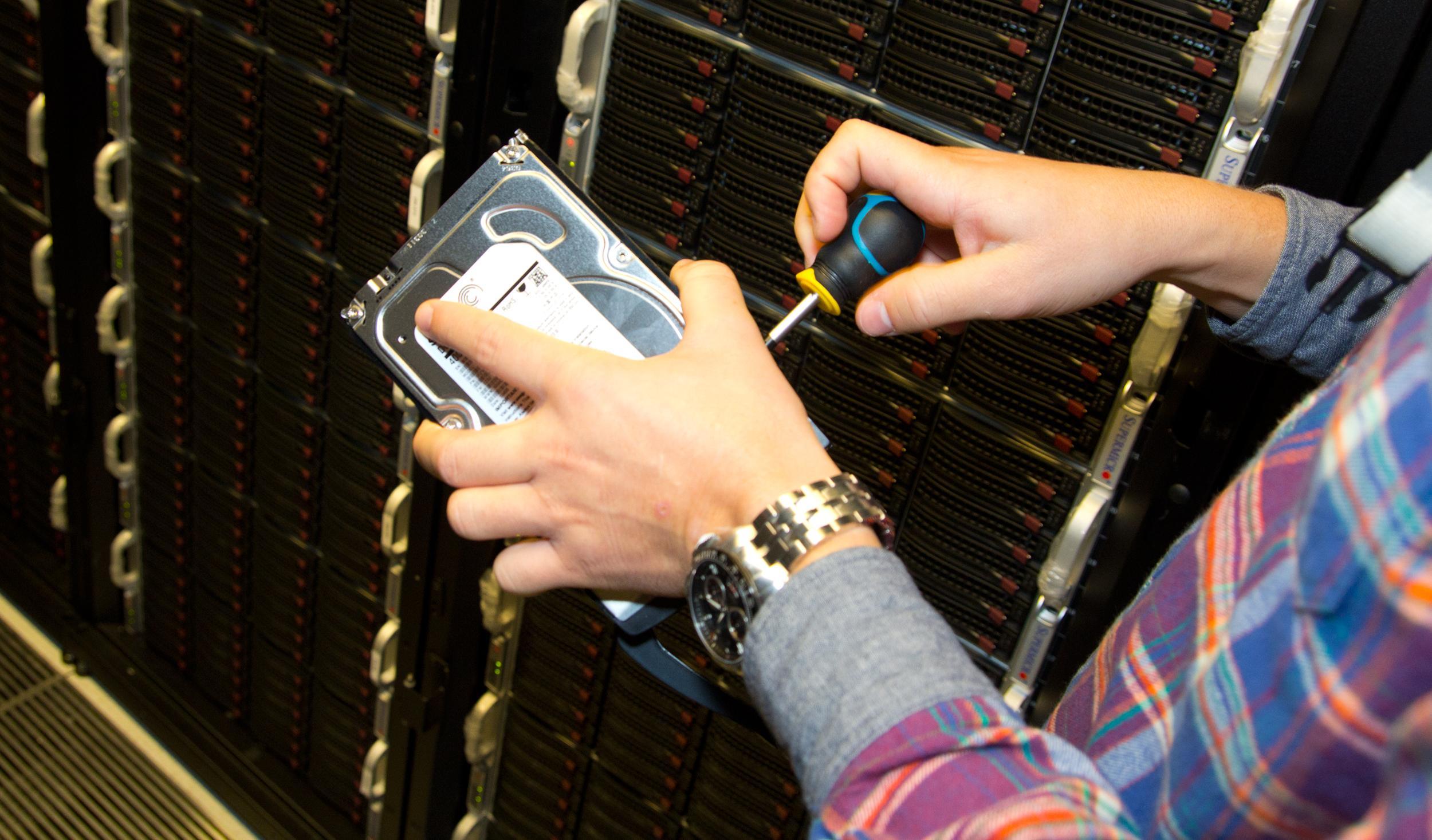 Mevåg gjør klar en ny harddisk til et liv med skylagring.Foto: Rolf B. Wegner, Hardware.no