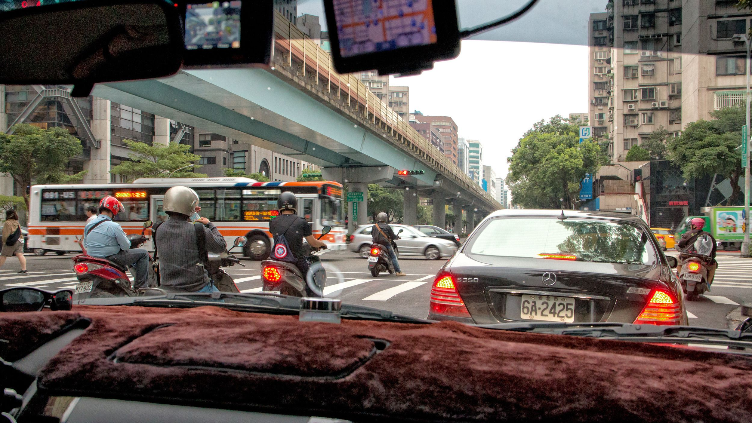 – Bil er et klassesymbol her nede, selv om det kanskje ikke synes så godt i begynnelsen. De som kjører Mercedes er som regel politikere eller offentlige myndighetspersoner. BMW-er blir kjørt av gangstere.Foto: Rolf B. Wegner, Hardware.no