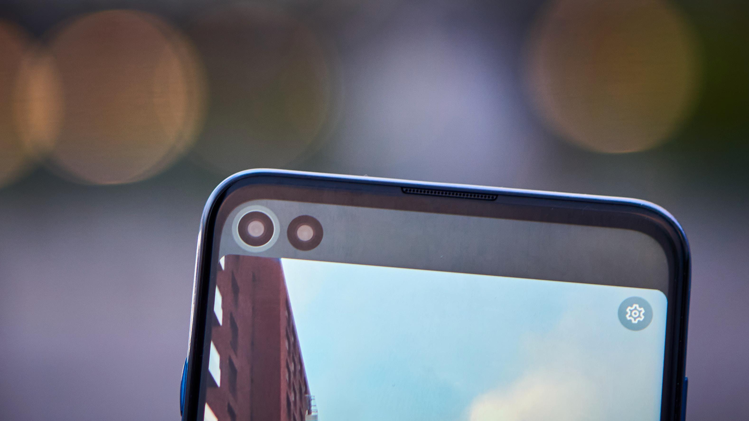 En liten lysring blir synlig rundt kameraet du bruker i fronten, slik at du vet hvilket objektiv du skal titte inn i under knipsing.