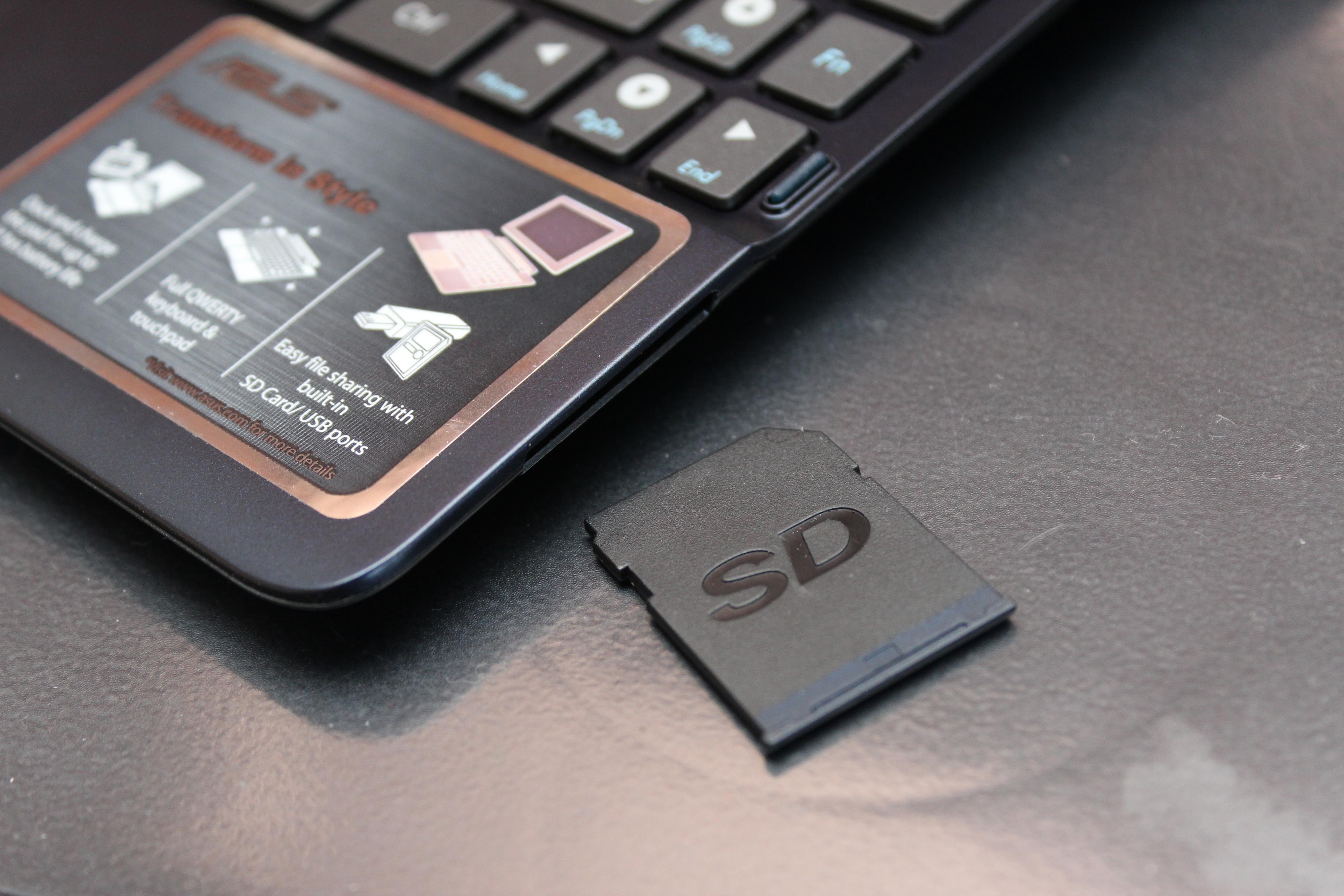 Med tastaturet på støtter brettet også vanlige SD-kort.