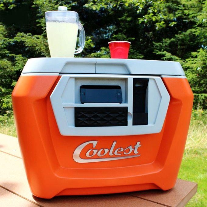 Coolest Cooler har innebygget blender, Bluetooth-høyttaler, og en liten hylle for oppbevaring av telefonen.