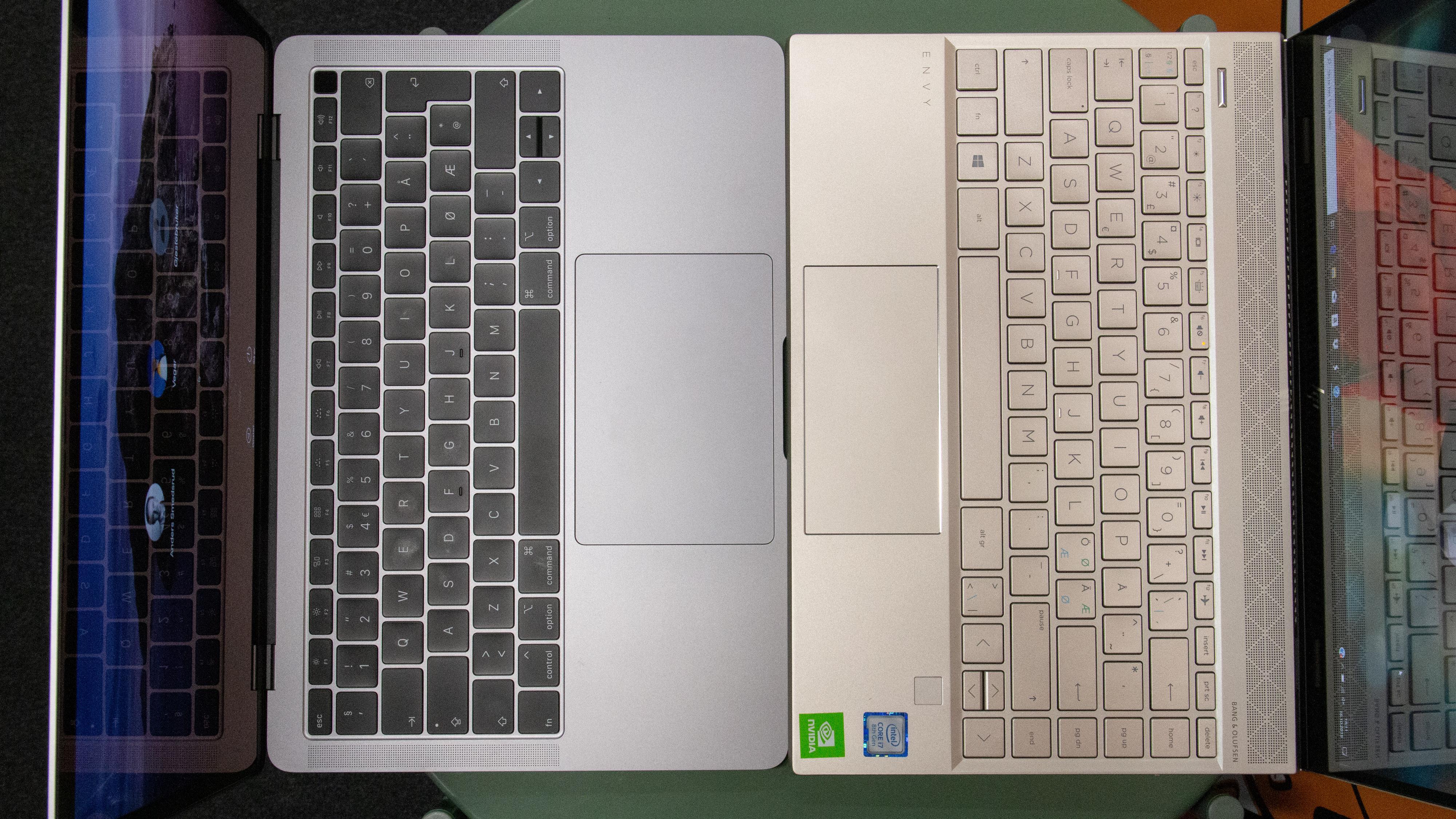 Her ser du størrelsen og fasongen på pekeplaten til en MacBook Air sammenlignet mot Hps Envy 13.