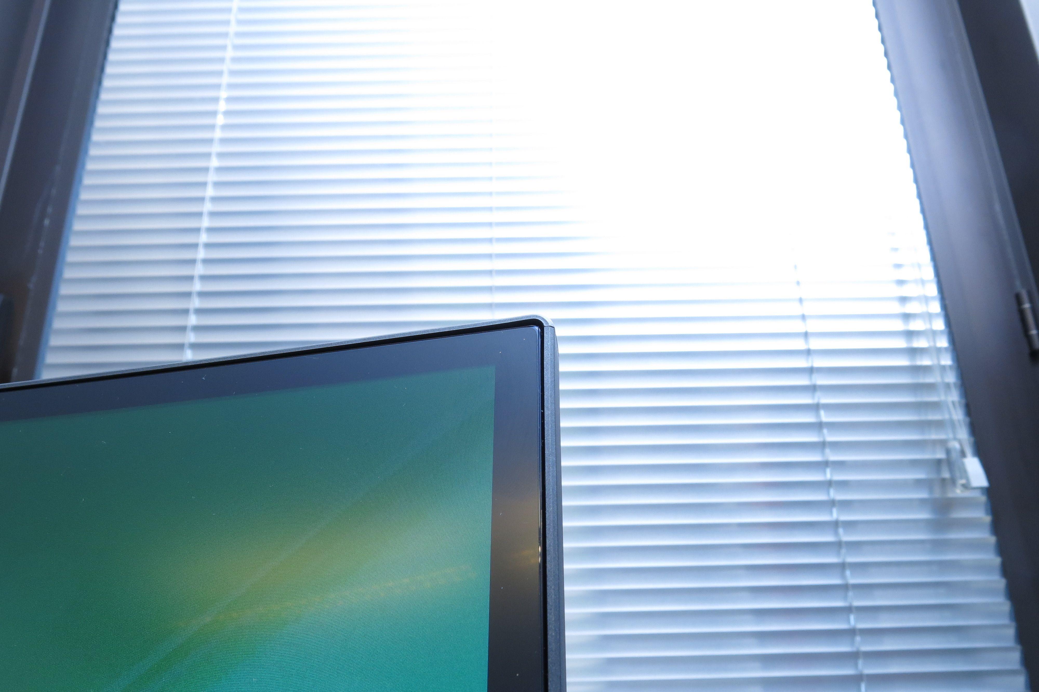 Når skjermen er avslått ser det ut som skjermen går helt ut til kanten. Påslått ser man fort at kanten blir noe større. Foto: Ole Henrik Johansen / Tek.no
