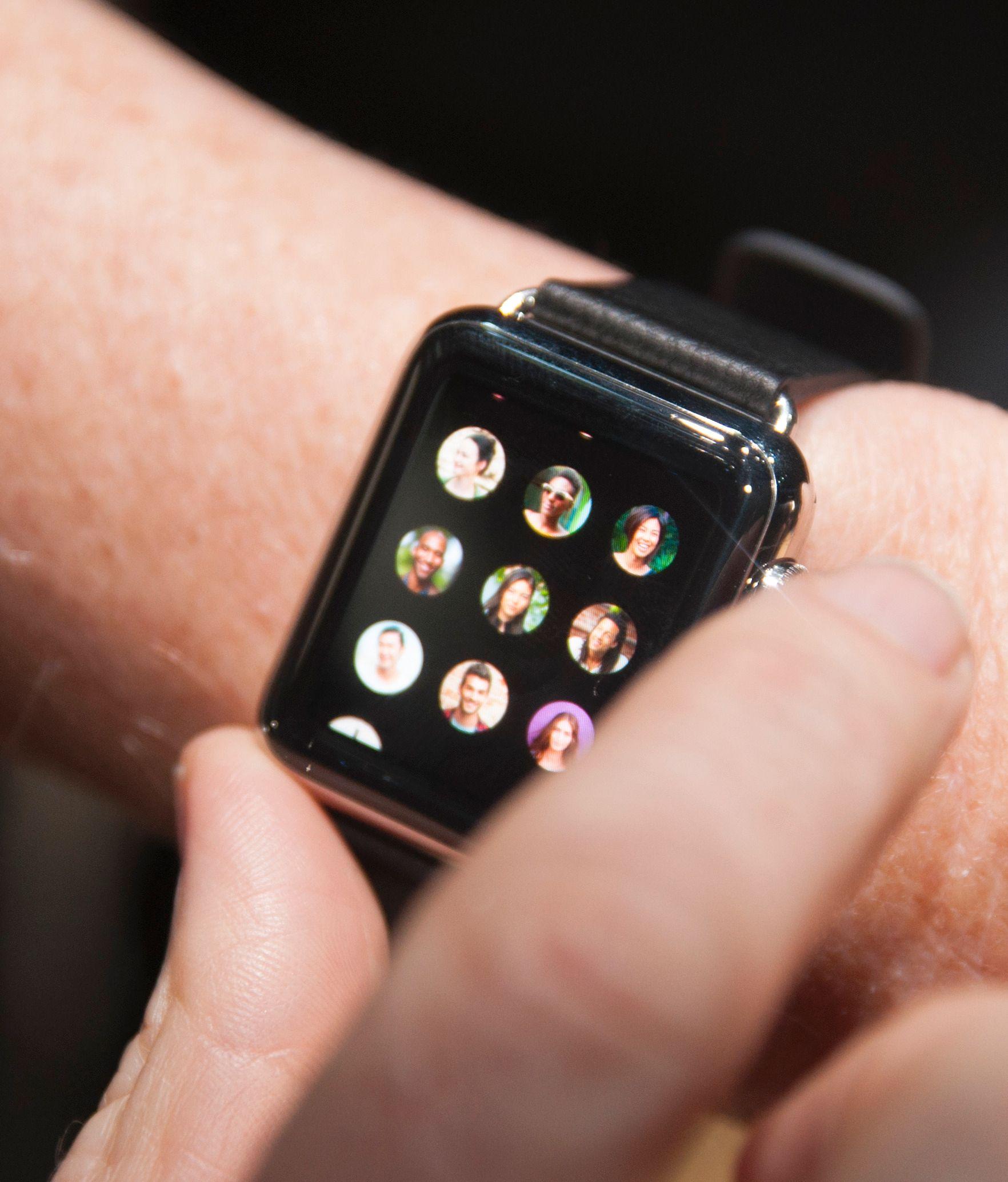 Knotten på siden av Apple Watch kaller selskapet for en digital krone. Det er denne som styrer mye av innholdet på klokken.Foto: Finn Jarle Kvalheim, Amobil.no