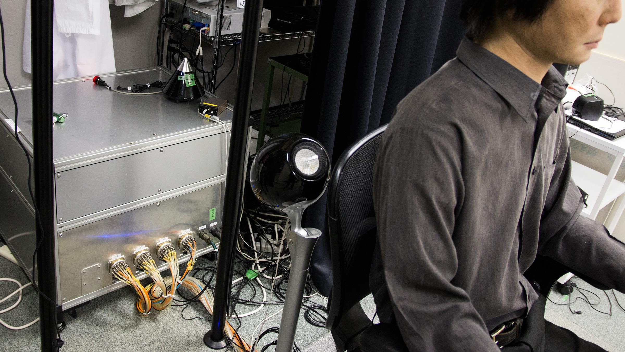 Denne boksen bak roboten inneholder styringssystemet som lar den bevege seg.Foto: Varg Aamo, Hardware.no