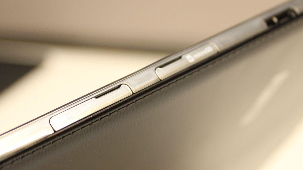 Port for minnekort og SIM-kort sitter ved siden av hverandre. .Foto: Espen Irwing Swang, Amobil.no