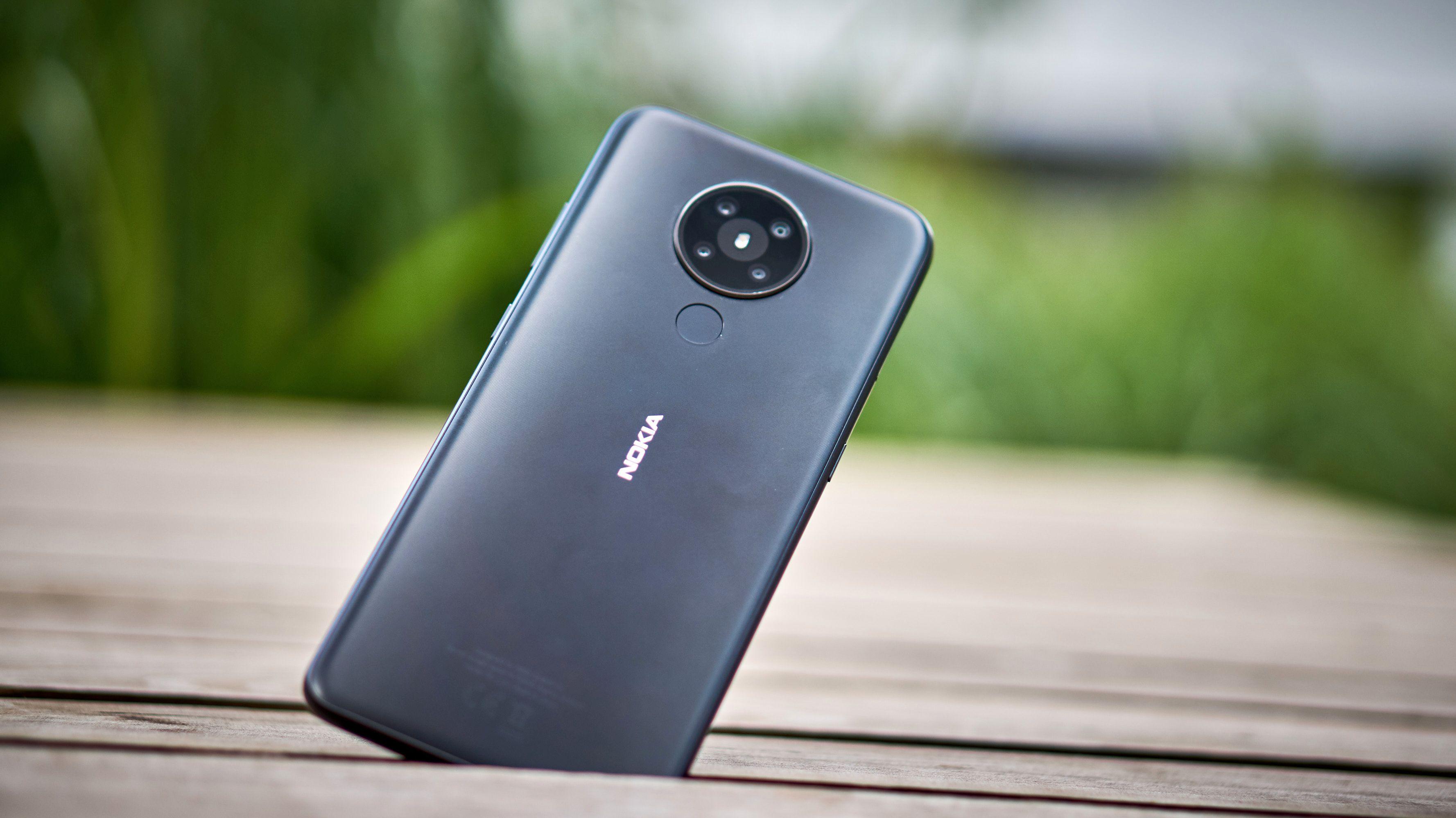 Nokia 5.3 kommer i flere farger; her er den i svart.