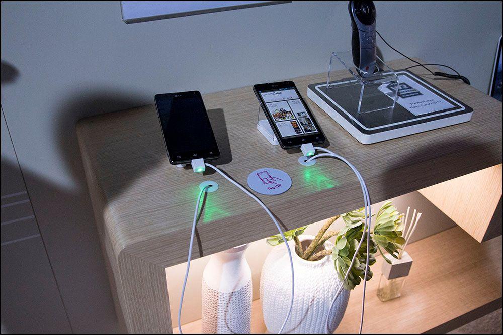 Satte vi mobilen på den lille klistrelappen fikk vi spørsmål om vi ville få TV-bildet på mobilen, eller mobilbildet på TV-en.Foto: Niklas Plikk, hardware.no
