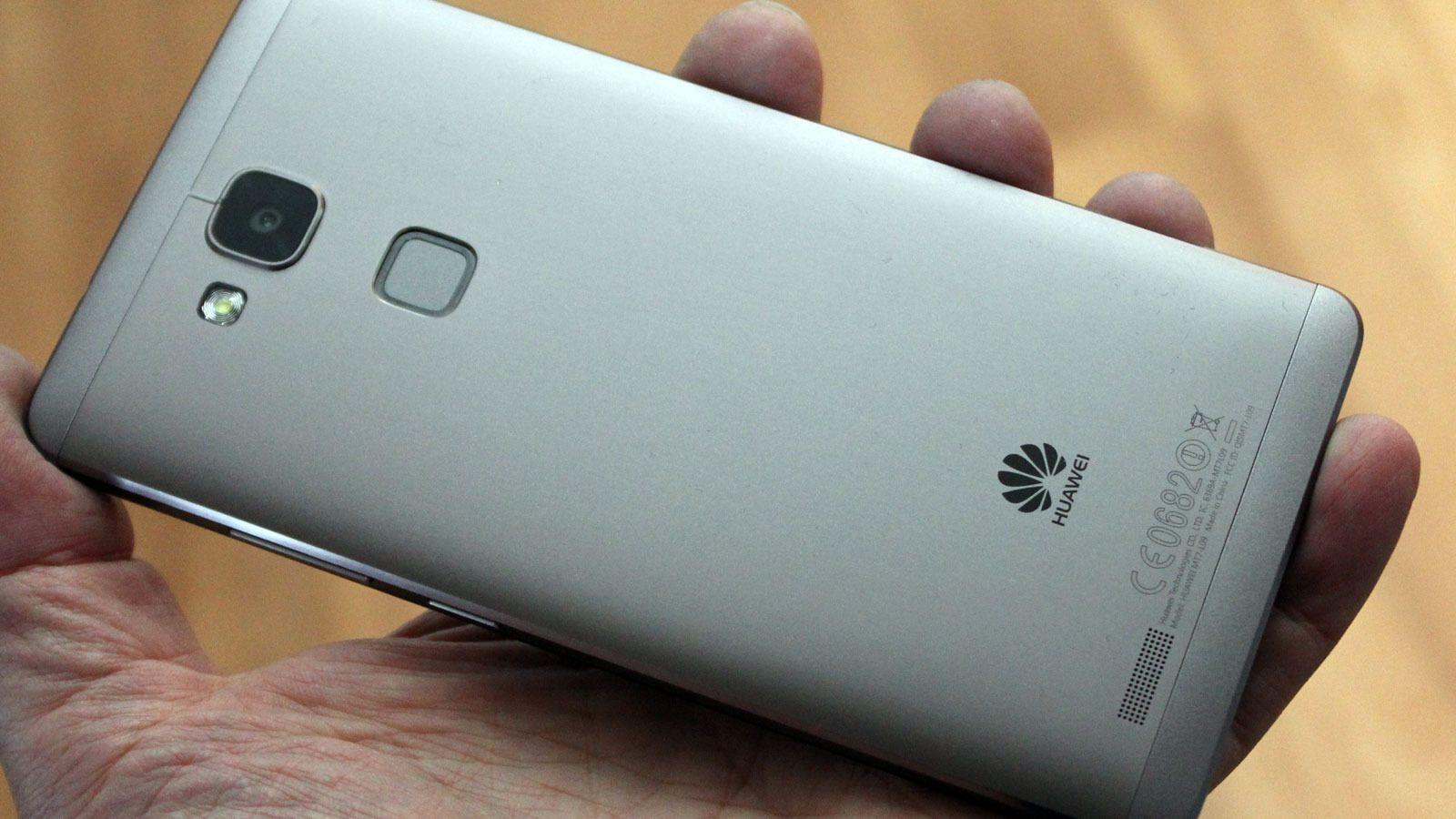 Huawei Ascend Mate 7 har deksler i metall.Foto: Espen Irwing Swang, Tek.no