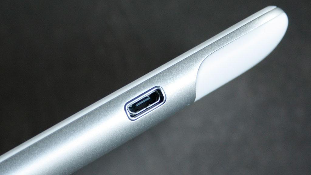Inngangen til Micro-USB-porten sitter på siden av telefonen og er uten noen form for beskyttelse.