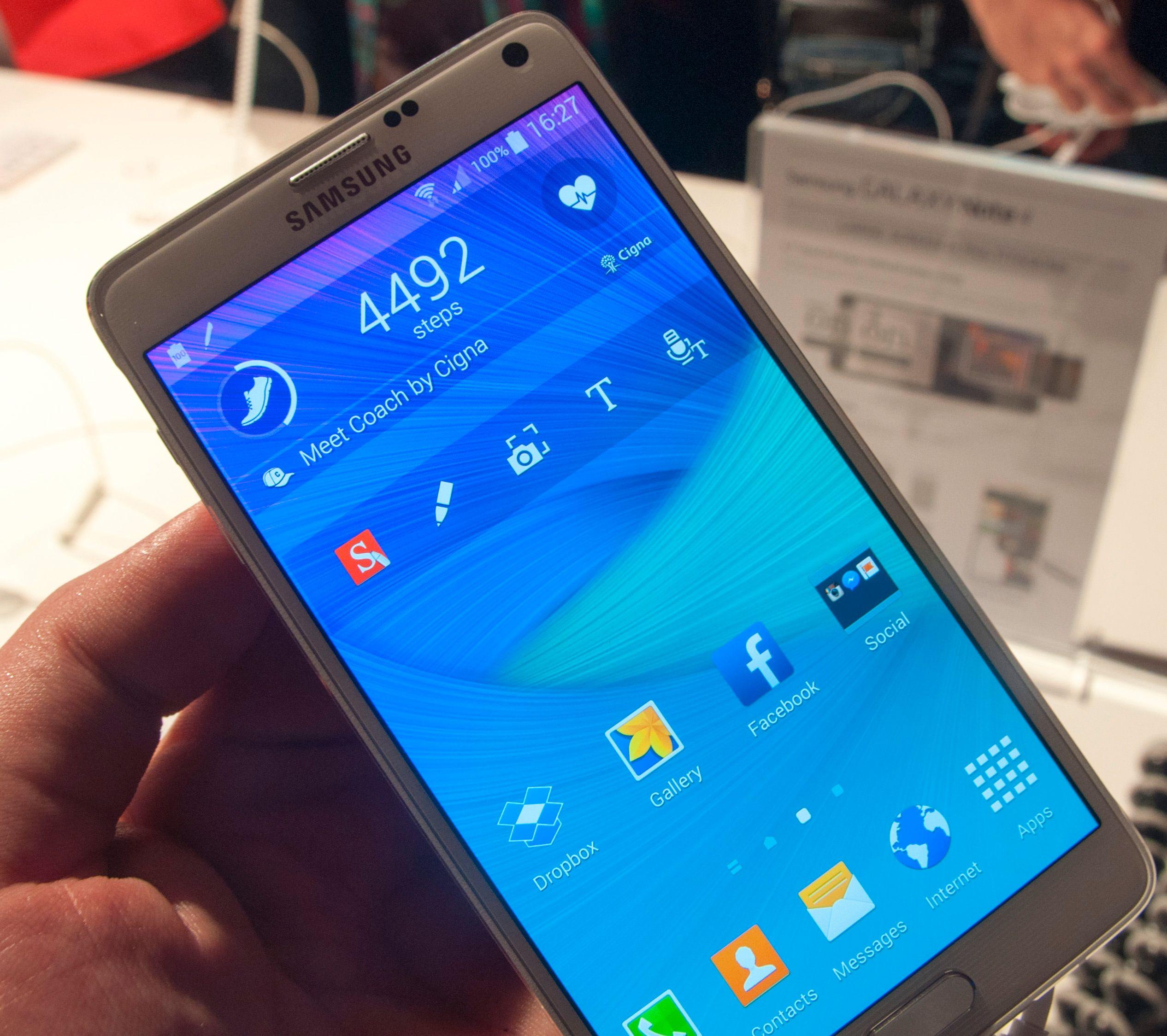 En designendring Samsung har gjort i denne generasjonen er å gjøre widgetene på hjemmeskjermen transparente.