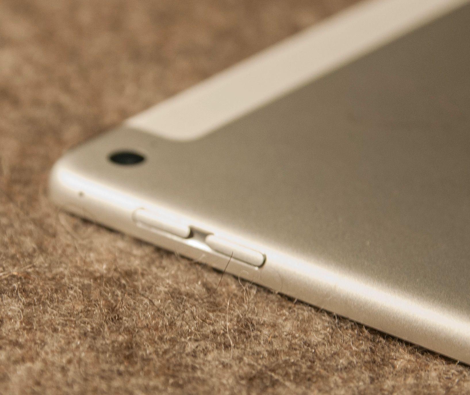 Den velkjente skyvebryteren fra tidligere generasjoner iPad er vekk.Foto: Finn Jarle Kvalheim, Tek.no