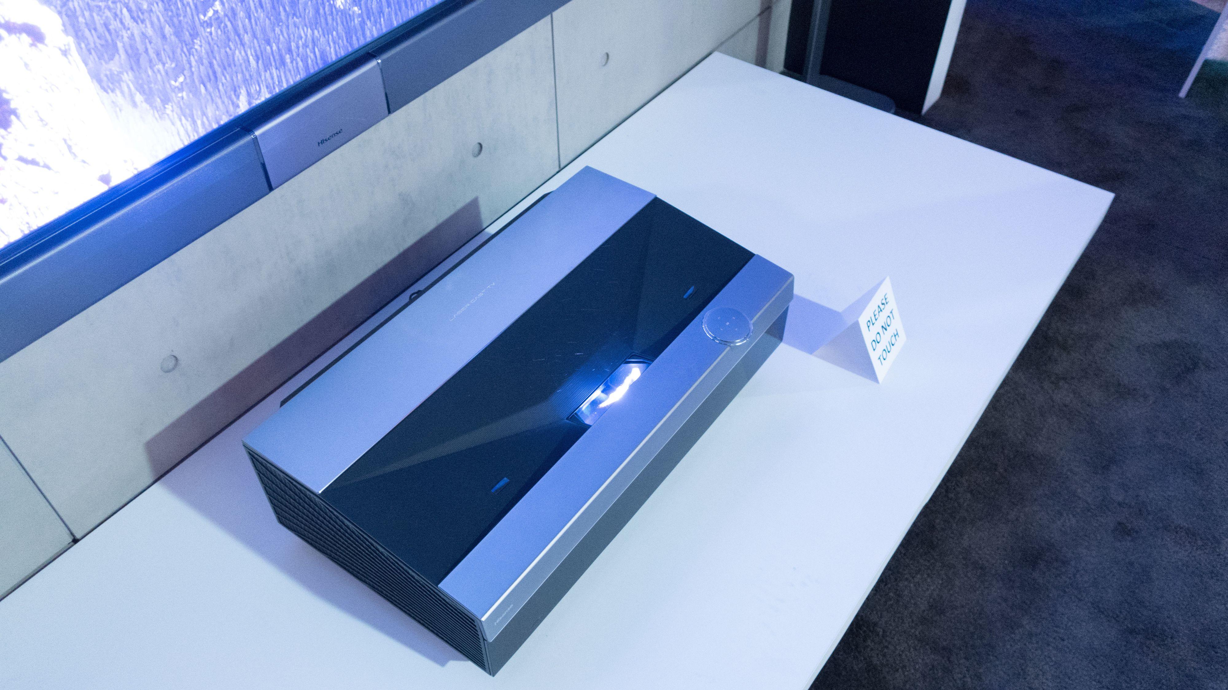 Projektoren trenger ikke stå mer enn 40 centimeter fra veggen.