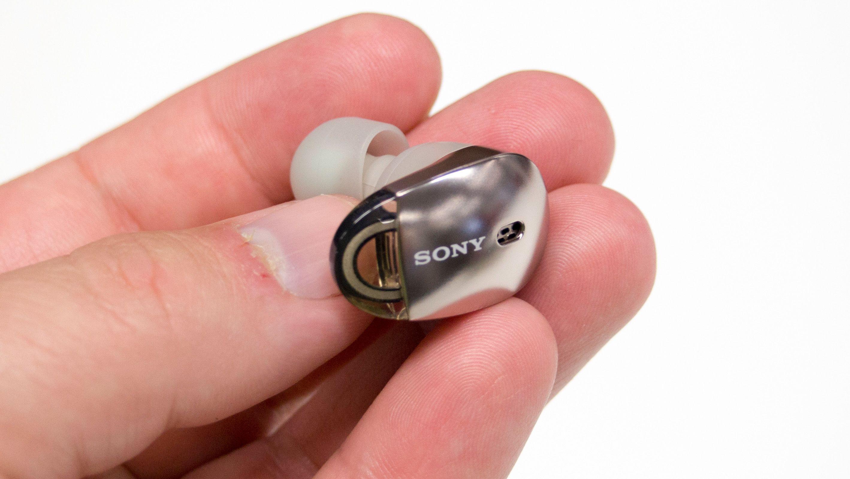 Sony WF-1000X er ganske dype av seg. Noe som gjør at de stikker litt vel langt ut fra hodet.