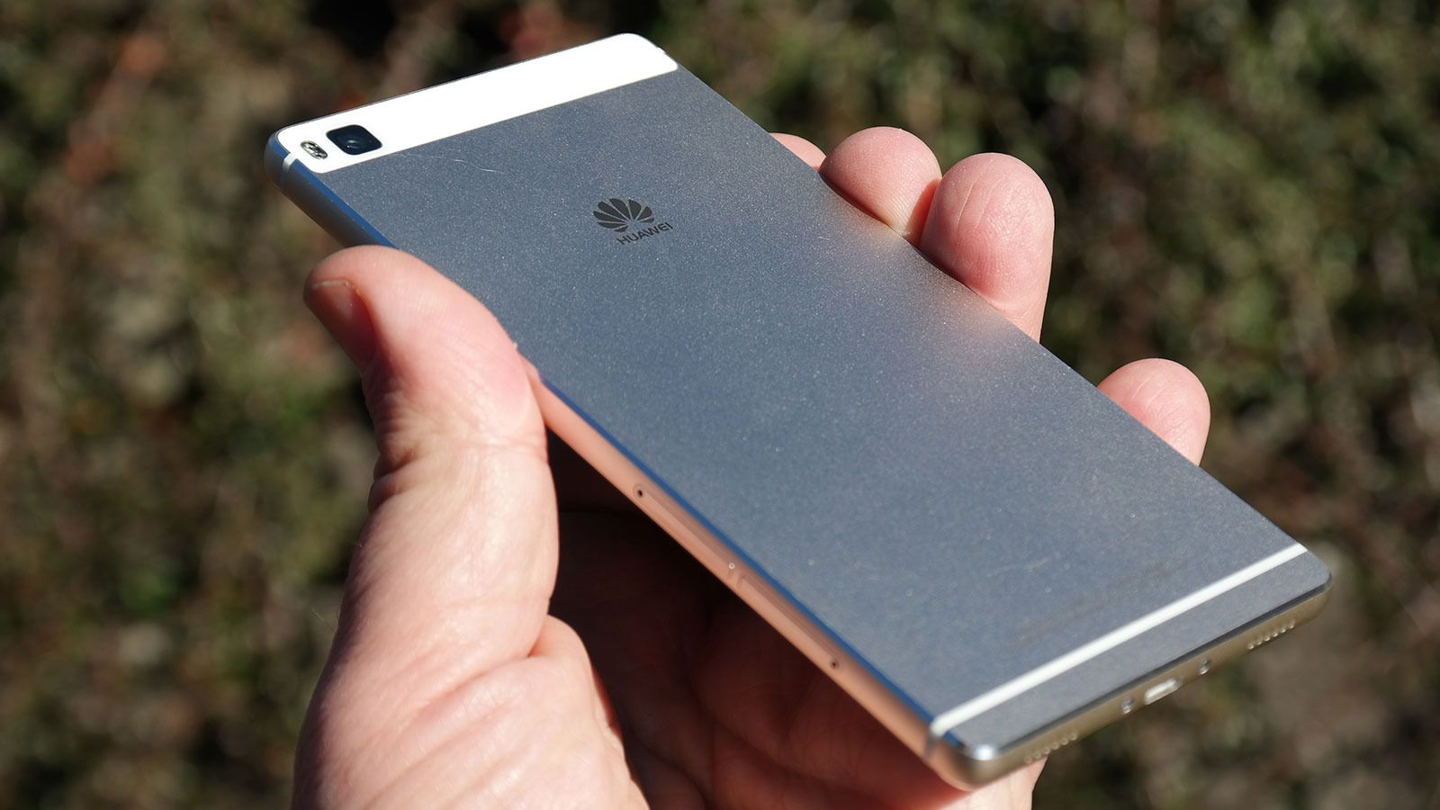 Designen er minimalistisk. Telefonen er frest ut av ett stykke metall. Foto: Espen Irwing Swang, Tek.no