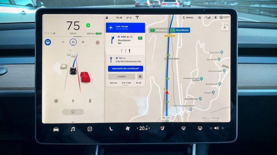 «Naviger på Autopilot» lar bilen ta forbikjøringer av andre biler på egen hånd, samt bytte fil for å ta avkjøringer i henhold til navigasjonen din.