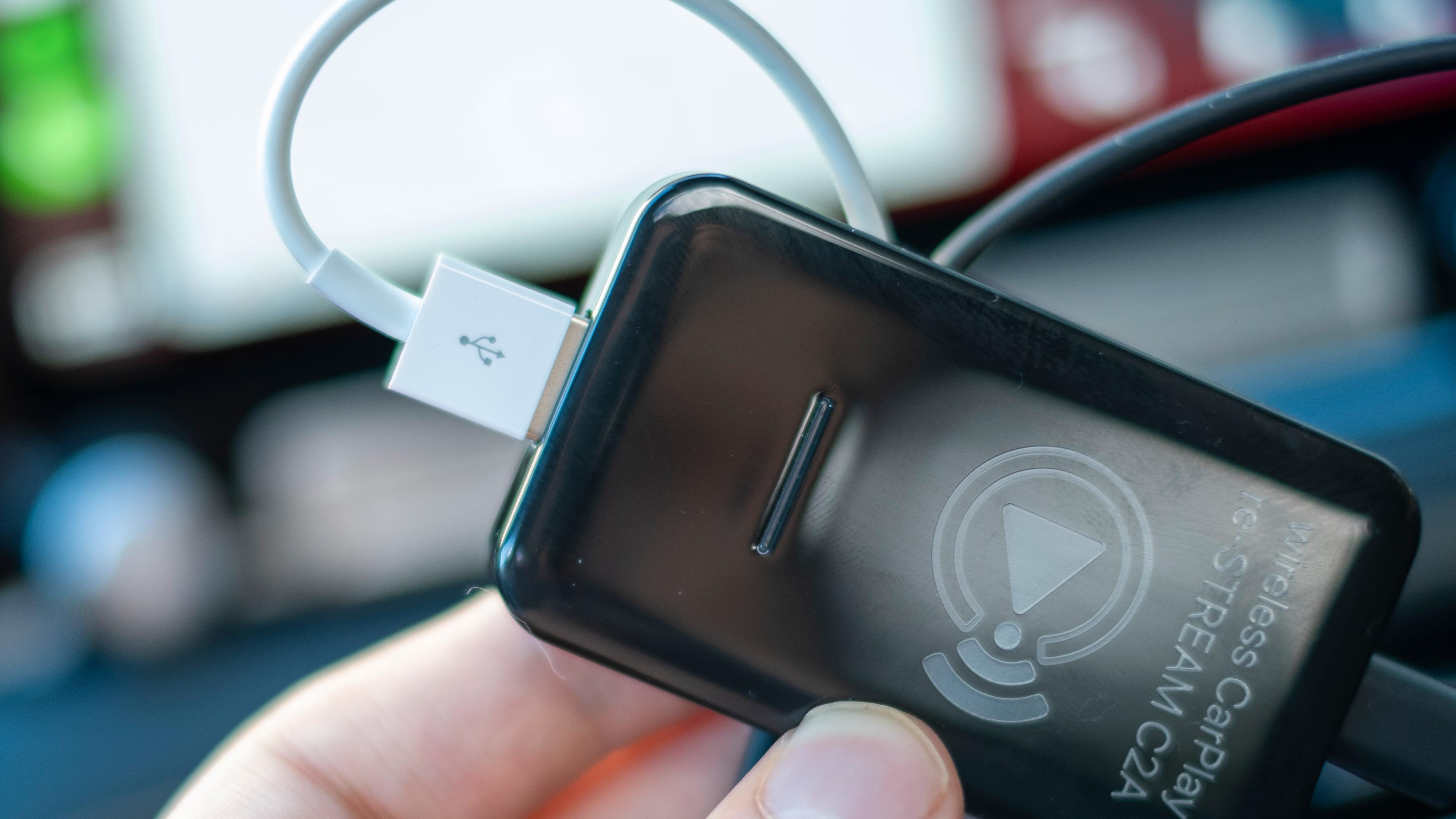 Hvis du trenger lading kan du koble til iPhonen direkte gjennom C2A-adapteret. Da blir også CarPlay-opplevelsen kablet så lenge telefonen er tilkoblet. Hvis du trekker ut kabelen kobler telefonen til på nytt, denne gangen trådløst. Du får altså en pause i underholdningen eller veivisingen hvis du drar ut kabelen.