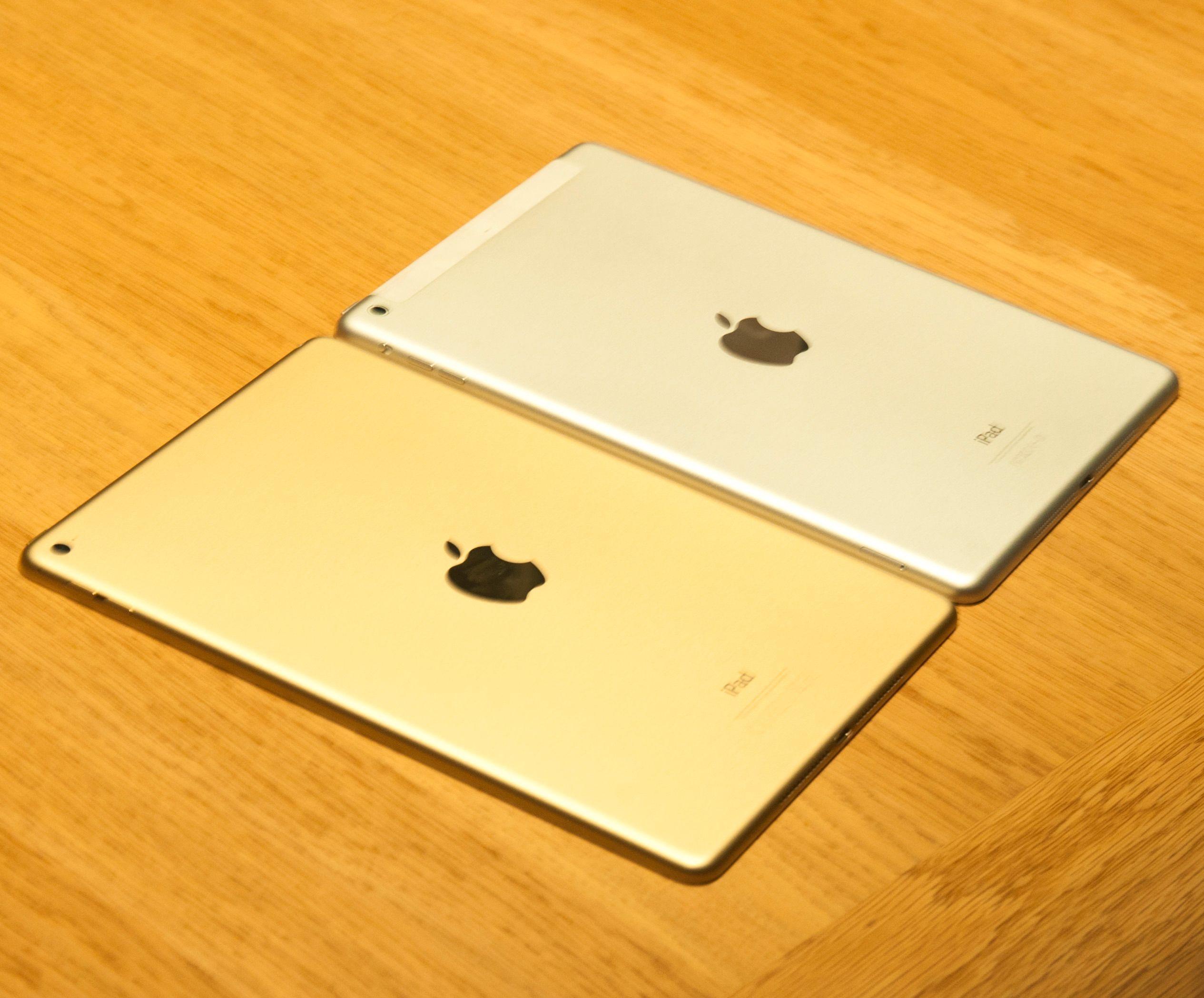 Forrige og siste generasjon iPad Air ved siden av hverandre. iPad Air 2 for anledningen i gullfarget variant.Foto: Finn Jarle Kvalheim, Tek.no