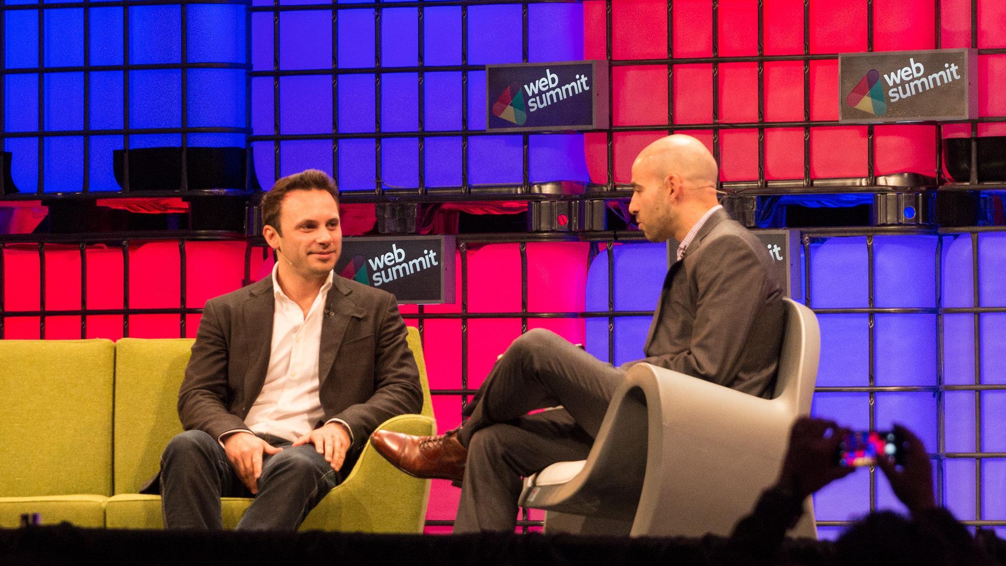 Toppsjefen i Oculus Rift, Brendan Iribe (til venstre) på scenen sammen med Jessi Hempel i Wired.Foto: Jørgen Elton Nilsen, Tek.no