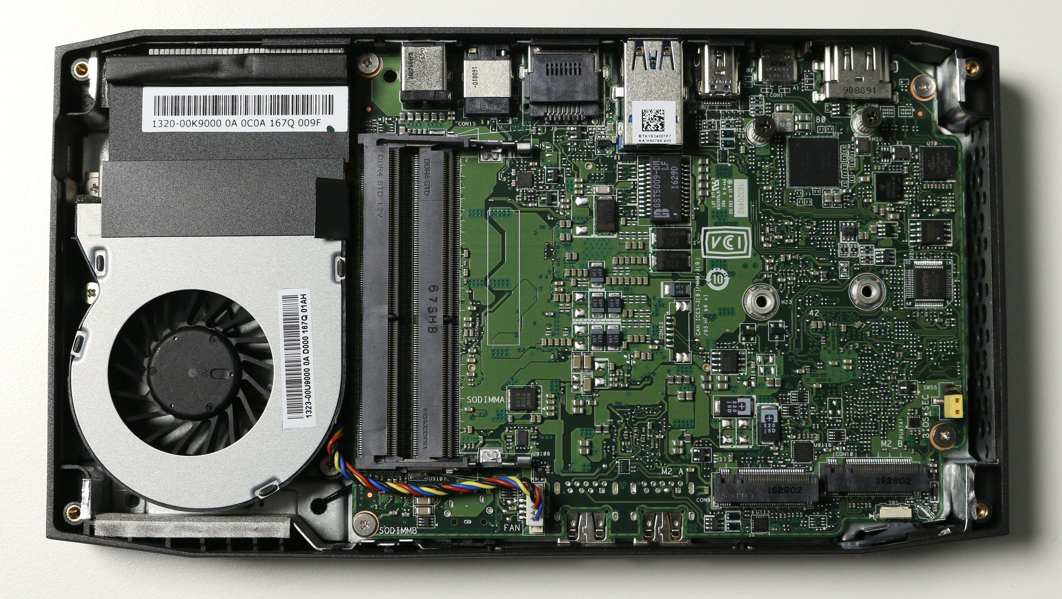 Rett ved vifta har vi plass til RAM-modulene, mens det er gjort plass til to M.2-SSD-er på høyre side.