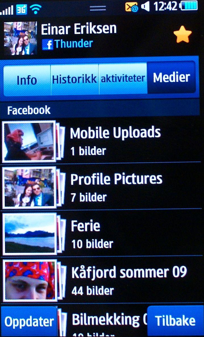 Kontakten er hentet fra Facebook, og man kan lett bla gjennom fotoalbum direkte i kontaktlisten.