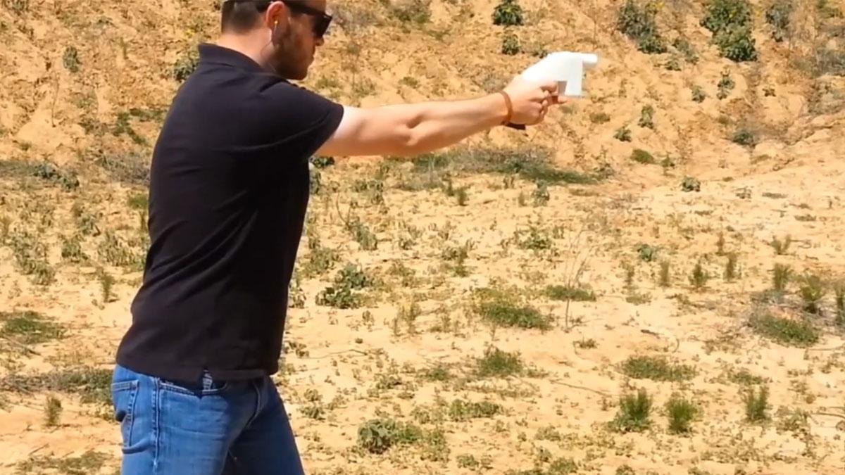 Skaperen av våpenet, Cody Wilson, demonstrerer at det fungerer.Foto: DXLiberty/Youtube