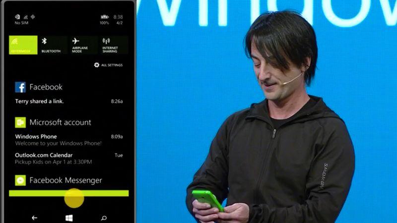 Joe Belfiore i Microsoft viser frem det nye varslingssenteret.Foto: Fra videofeed