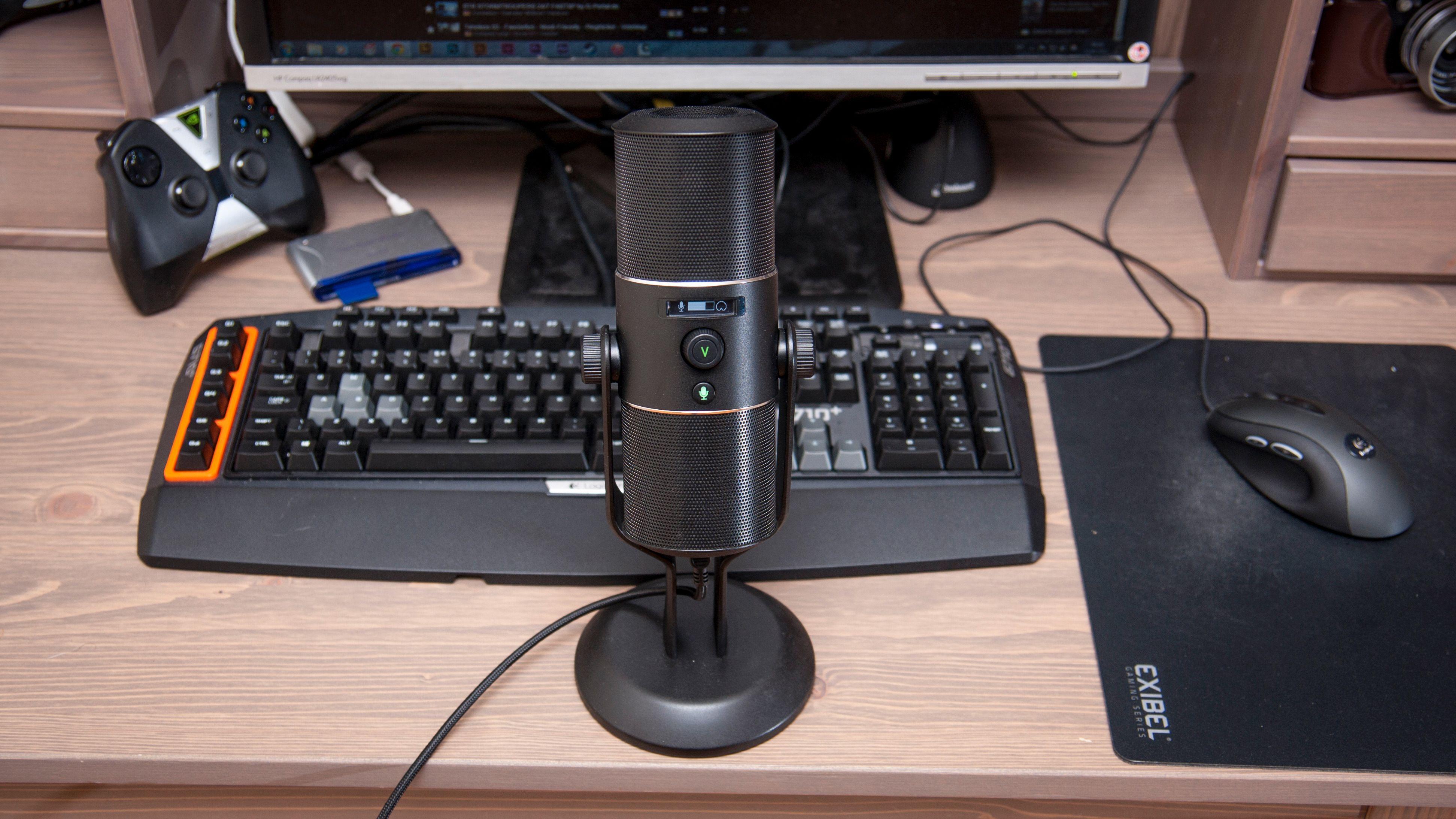 Foran mikrofonen er det to knapper: Et hjul som lar oss justere lyttevolumet, og en mute-knapp. Foto: Kristoffer Møllevik