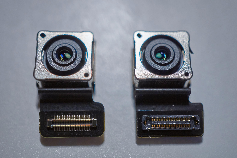 iPhone SE-kamera (venstre) og iPhone 5S-kamera.